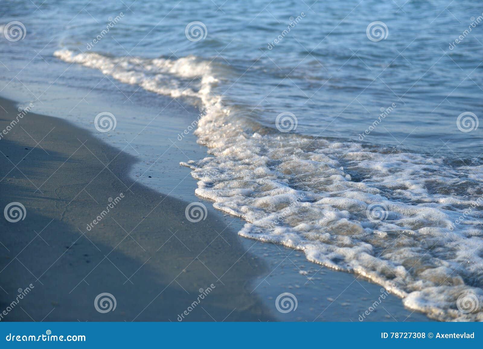 Strand av Black Sea med slät våg- och sandtexturbakgrund