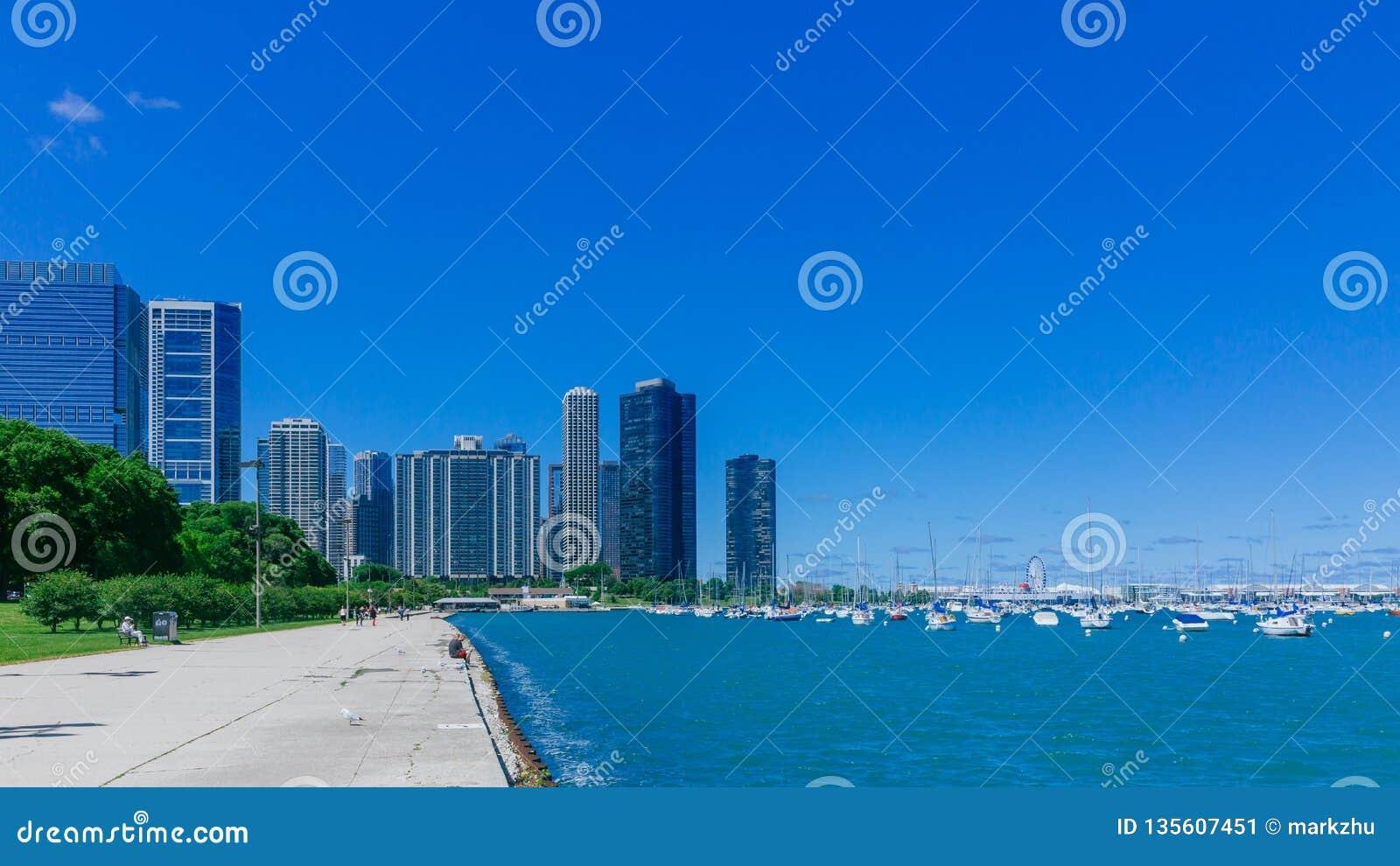 Strand av Chicago, USA, med Lake Michigan och skyskrapor av i stadens centrum Chicago