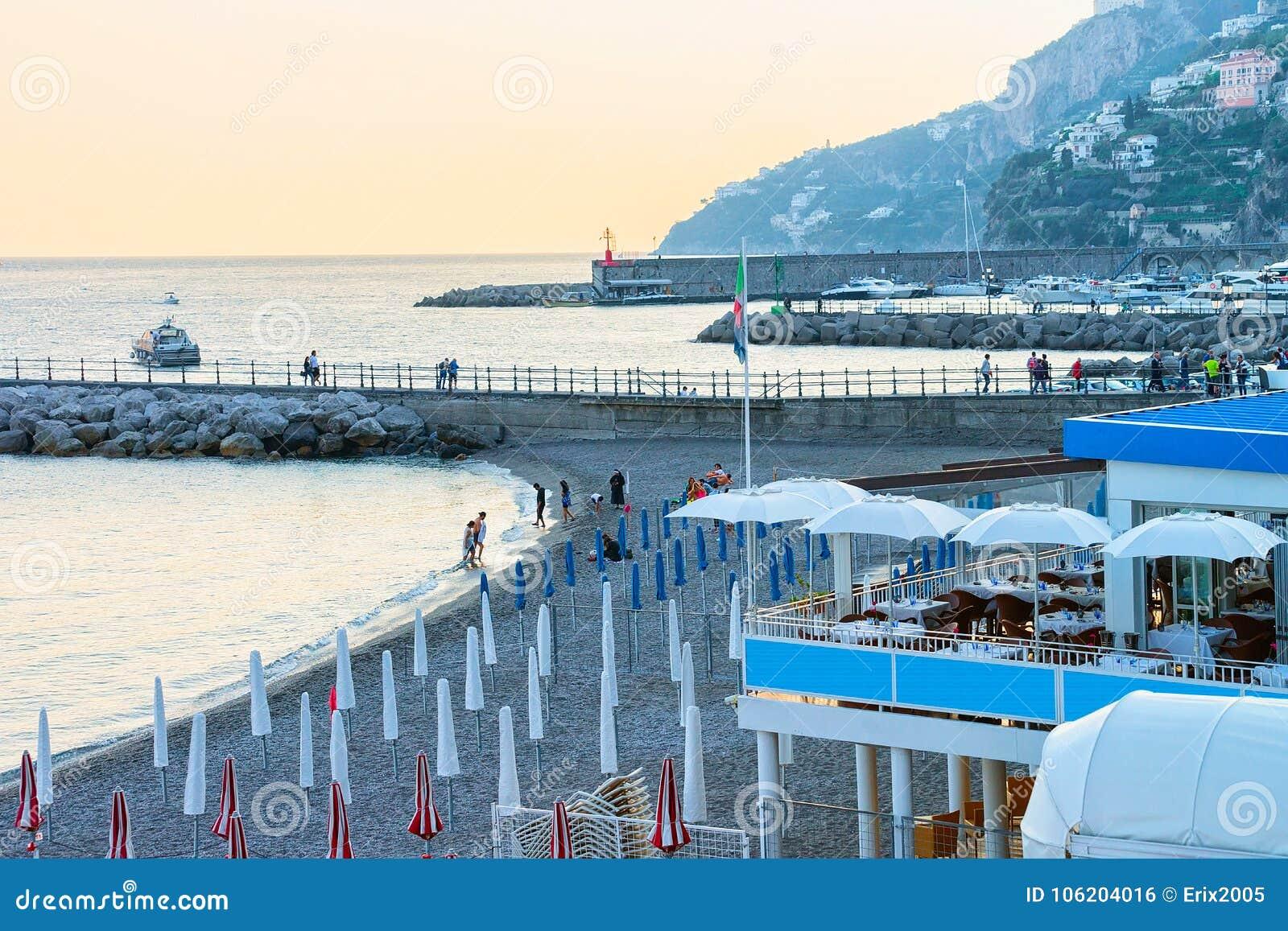 Strand bij Amalfi kust en Thyrreense Zee bij zonsondergang