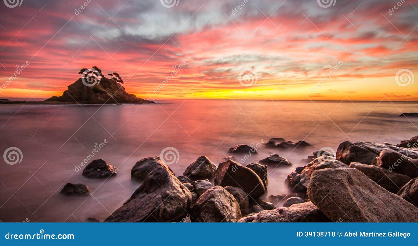 Strand bij mooie zonsondergang