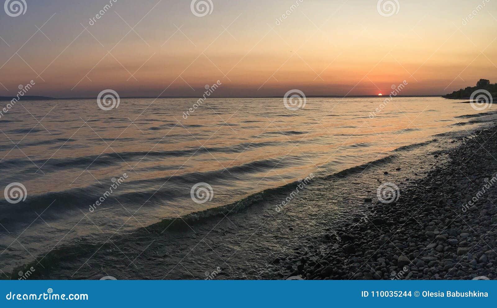 Strand bij zonsondergang dichtbij de Volga rivier, Rusland