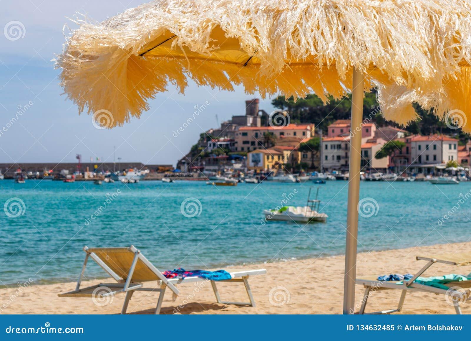Strand der Stadt Marina di Campo und des Smaragdmeeres von Elba Island