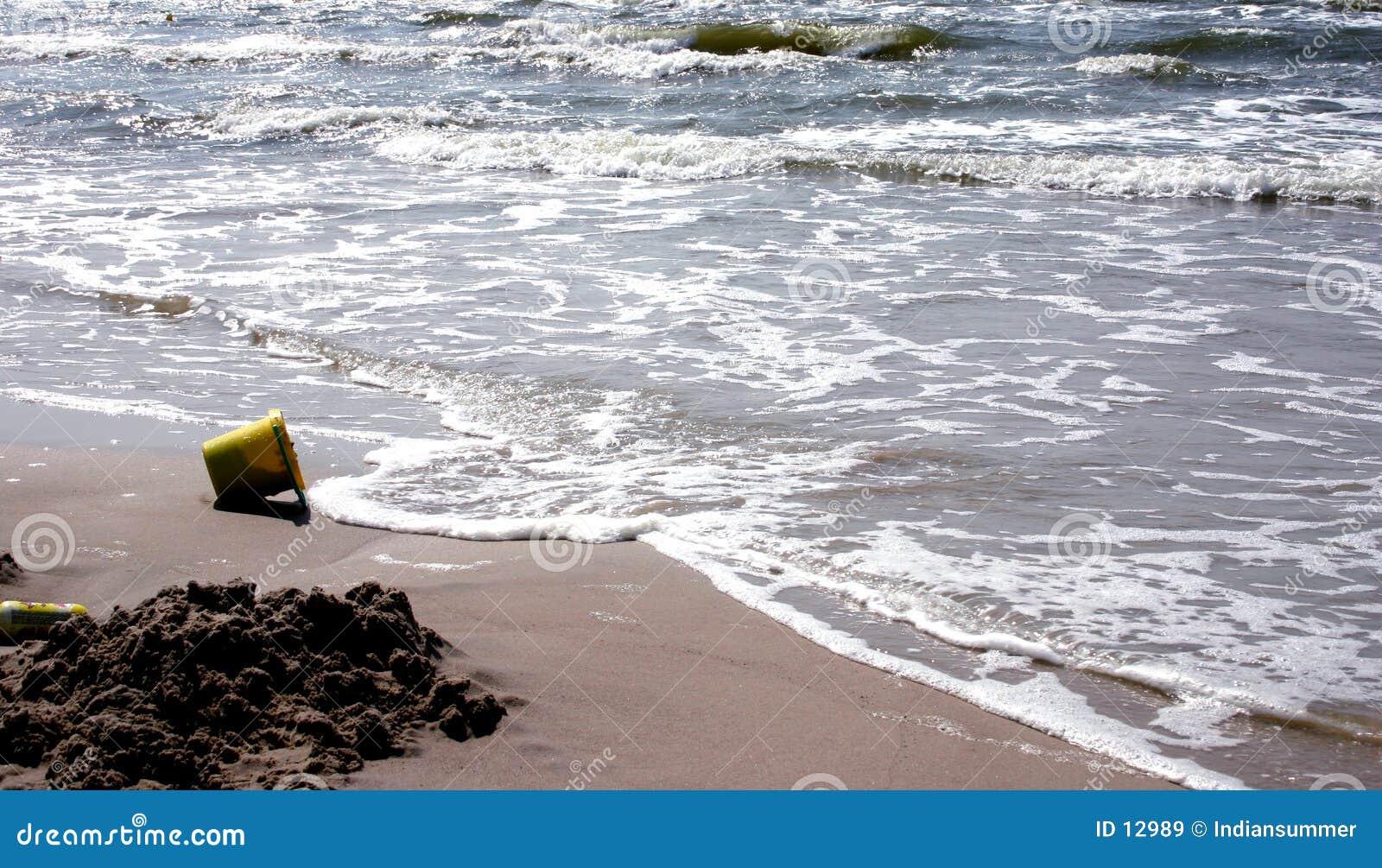 Strand en de emmer