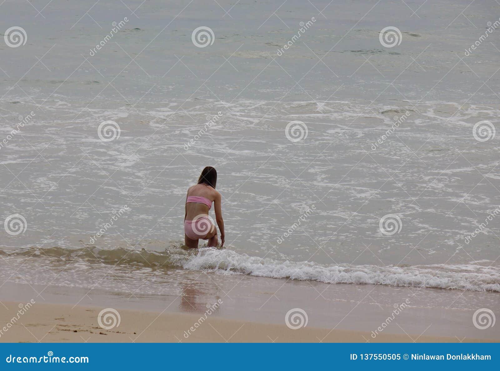 Strand en overzees in regenachtige dag