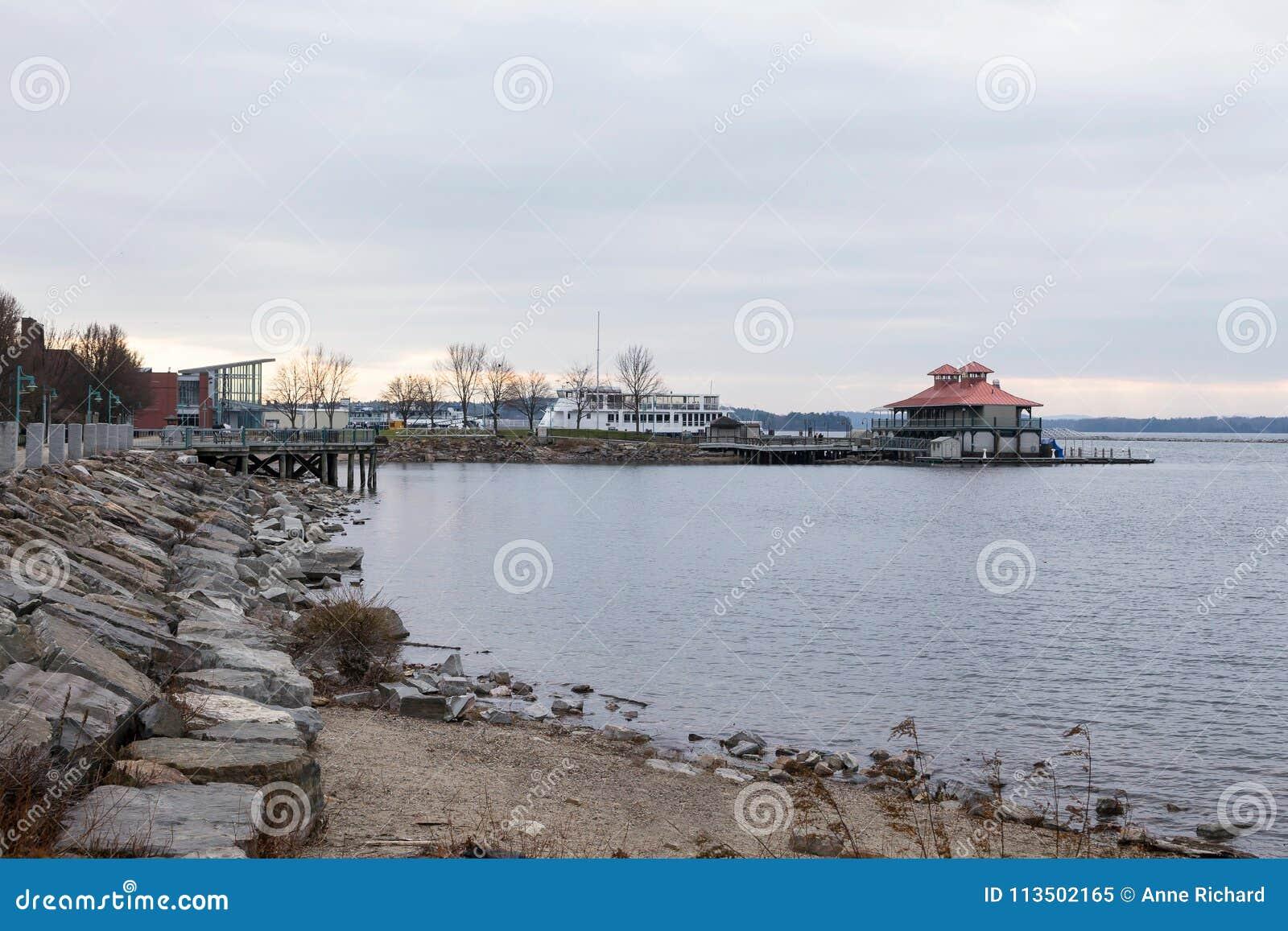 Strand en veerboot in haven naast botenhuis in Burlington, Vermont