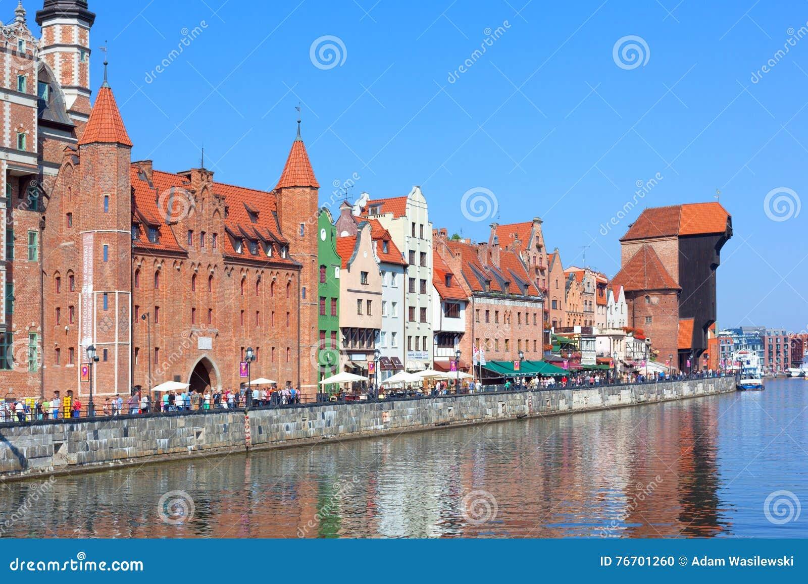 Strand med den Mariacka porten och den gamla kranen (Zuraw) i Gdansk, P