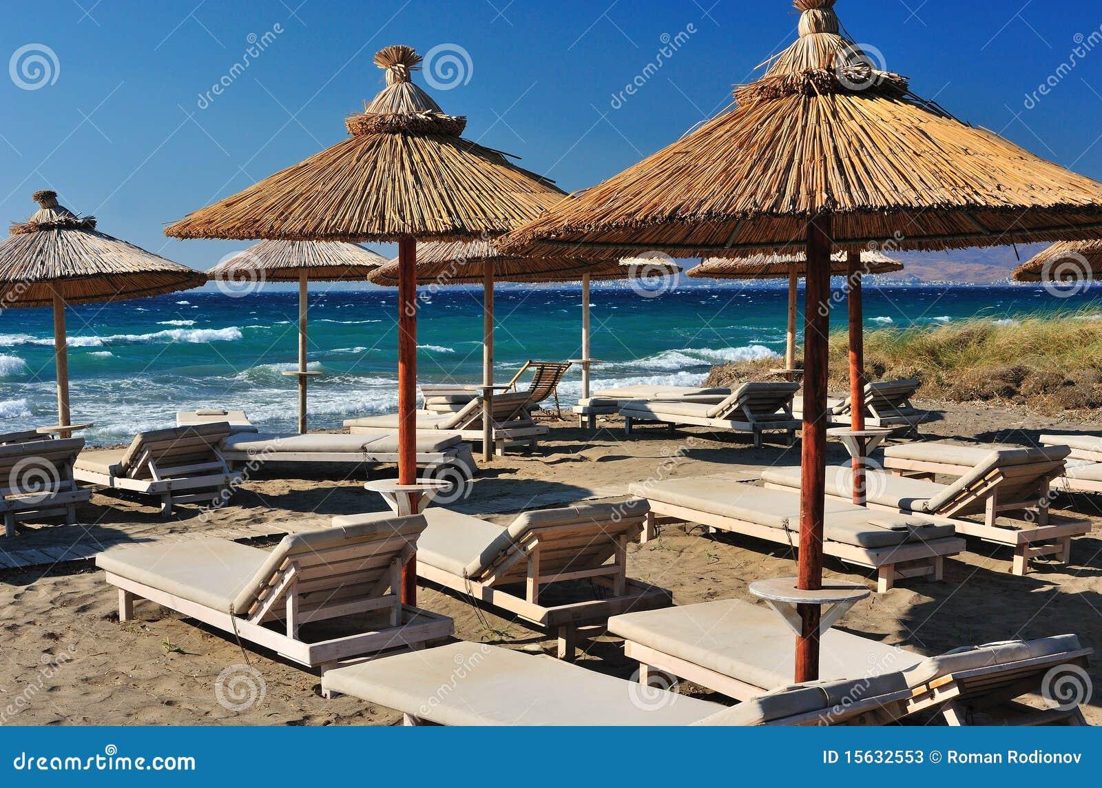 Strand met riet parasols stock foto 39 s afbeelding 15632553 - Zon parasol ...