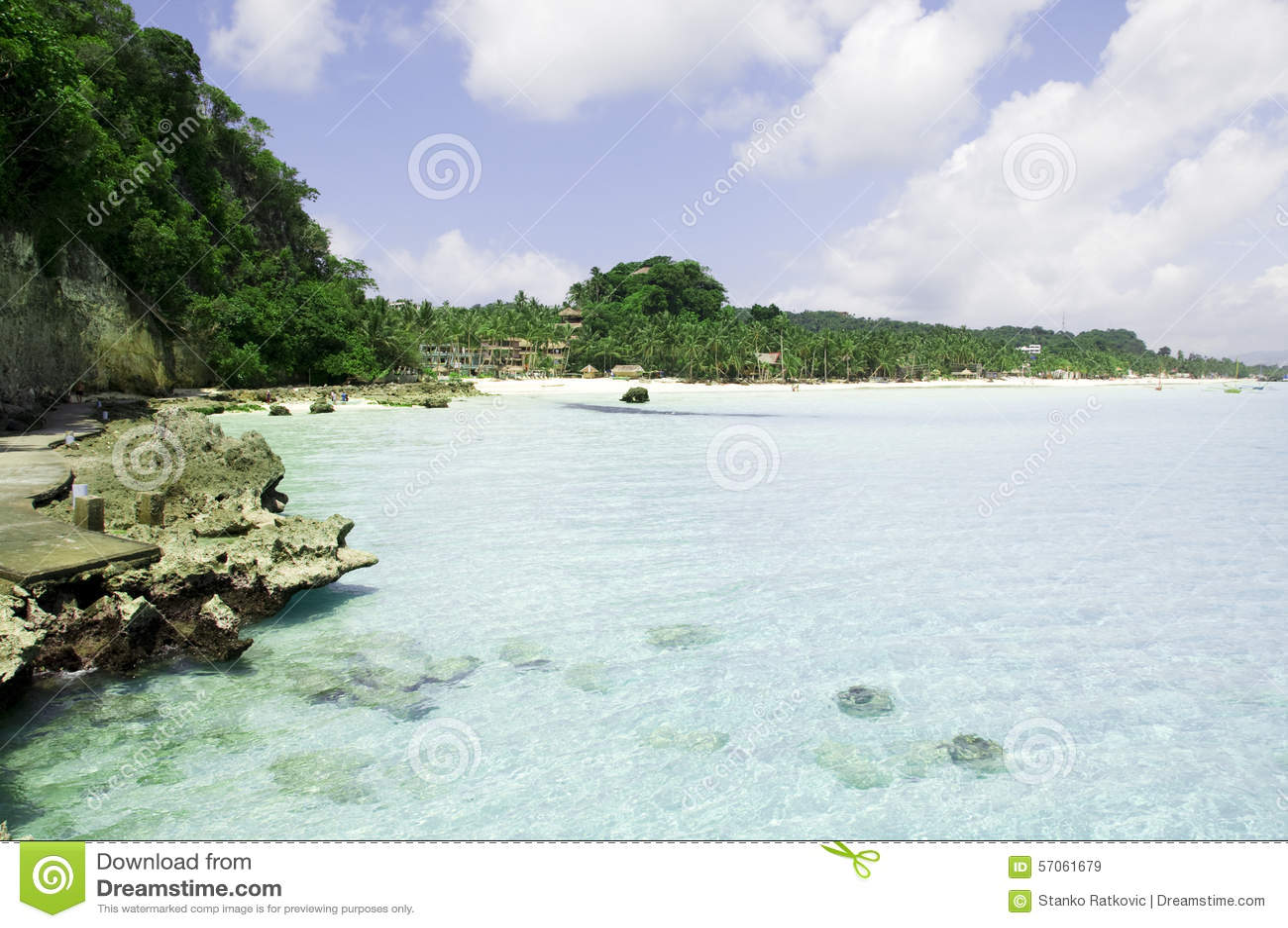 Strand met rotsen in water