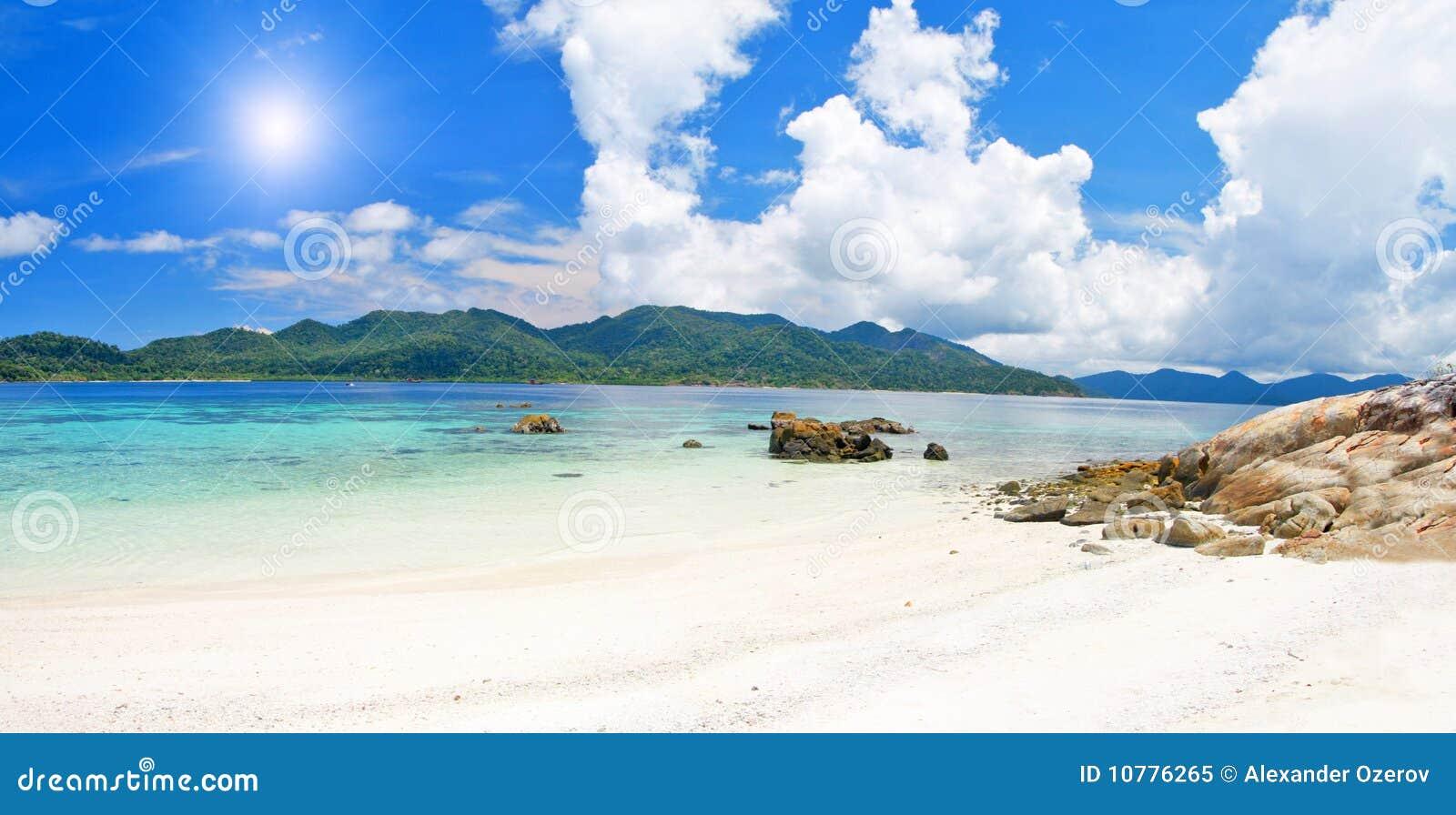 Strand met witte zand en overzees