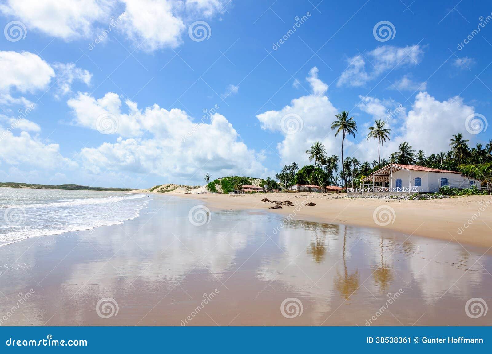 Strand met zandduinen en huis, Pititinga, Geboorte (Brazilië)