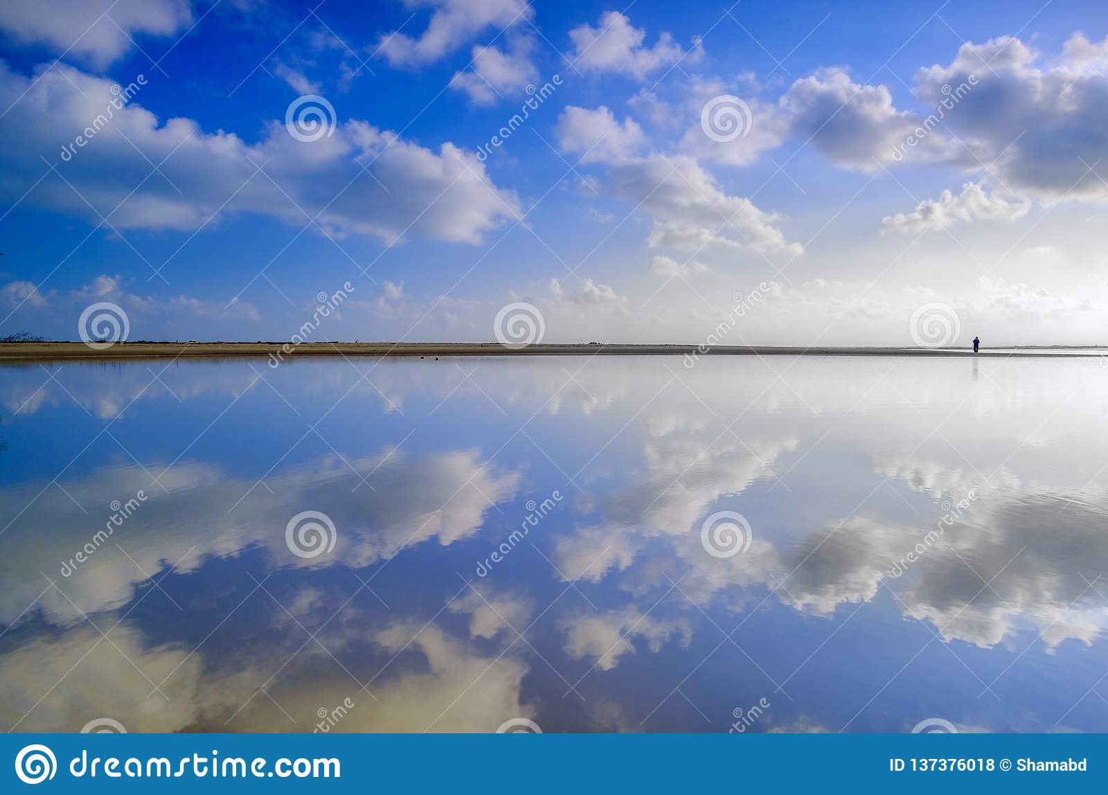 Strand mit dem blauen Himmel
