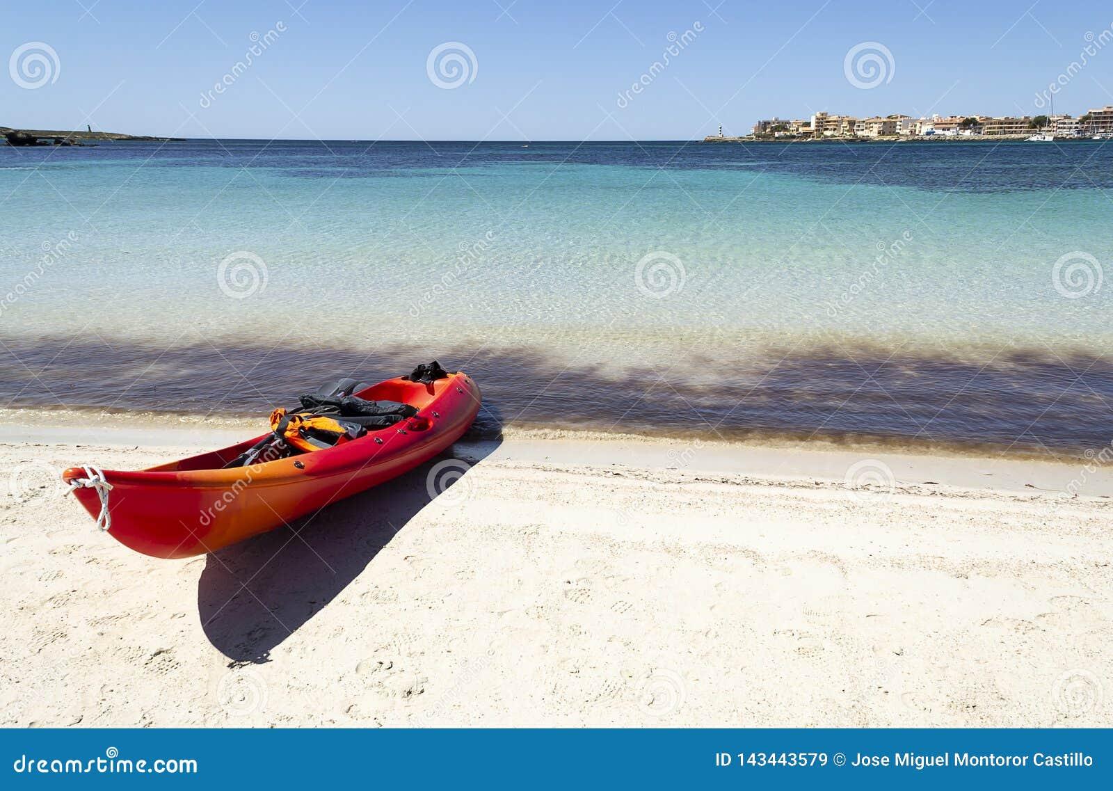 Strand mit Kajak