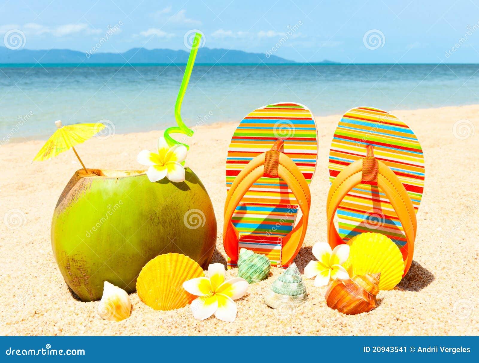 Strand mit Palme und und exotischem coctail