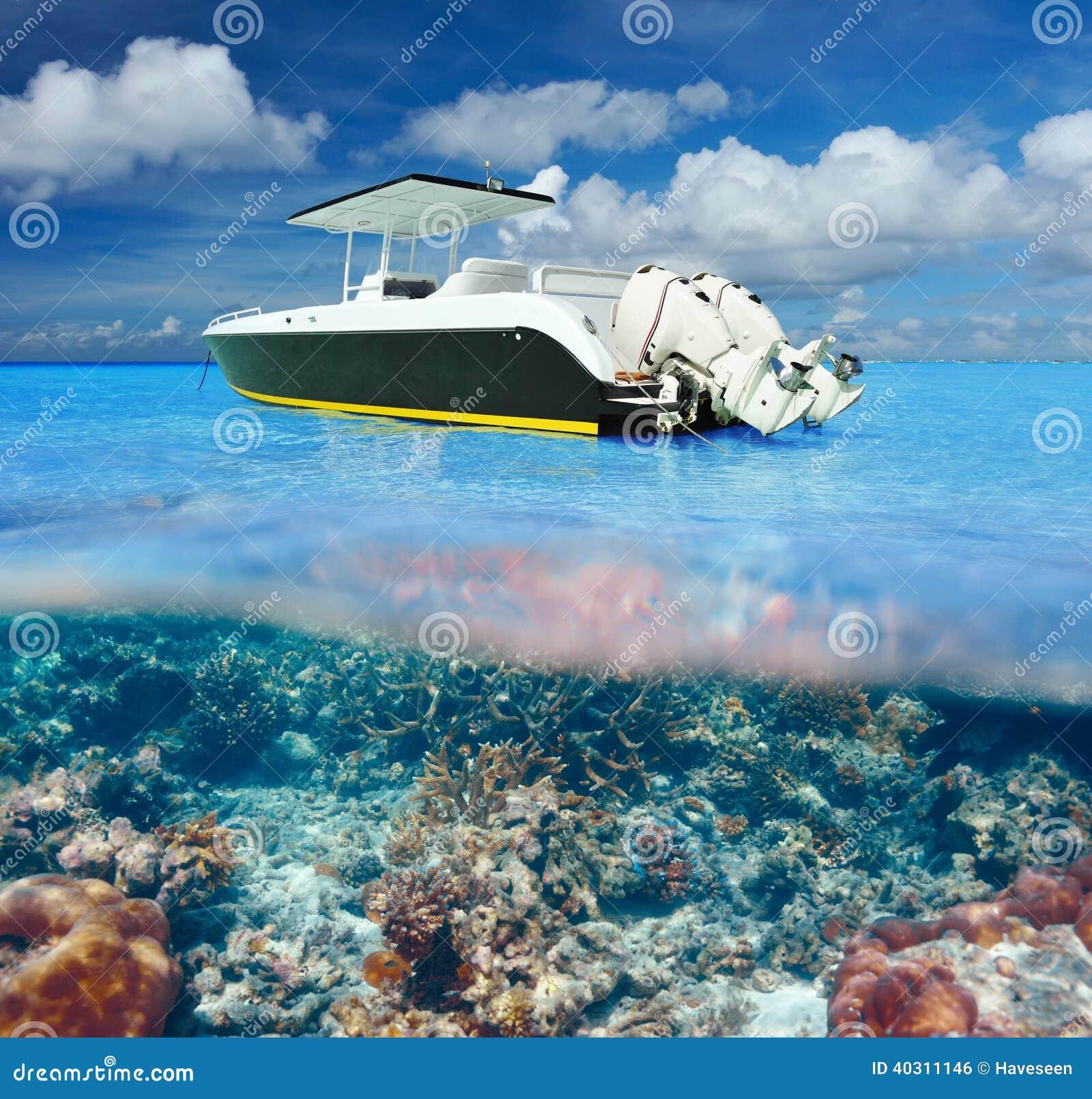 Strand och motoriskt fartyg med undervattens- sikt för korallrev
