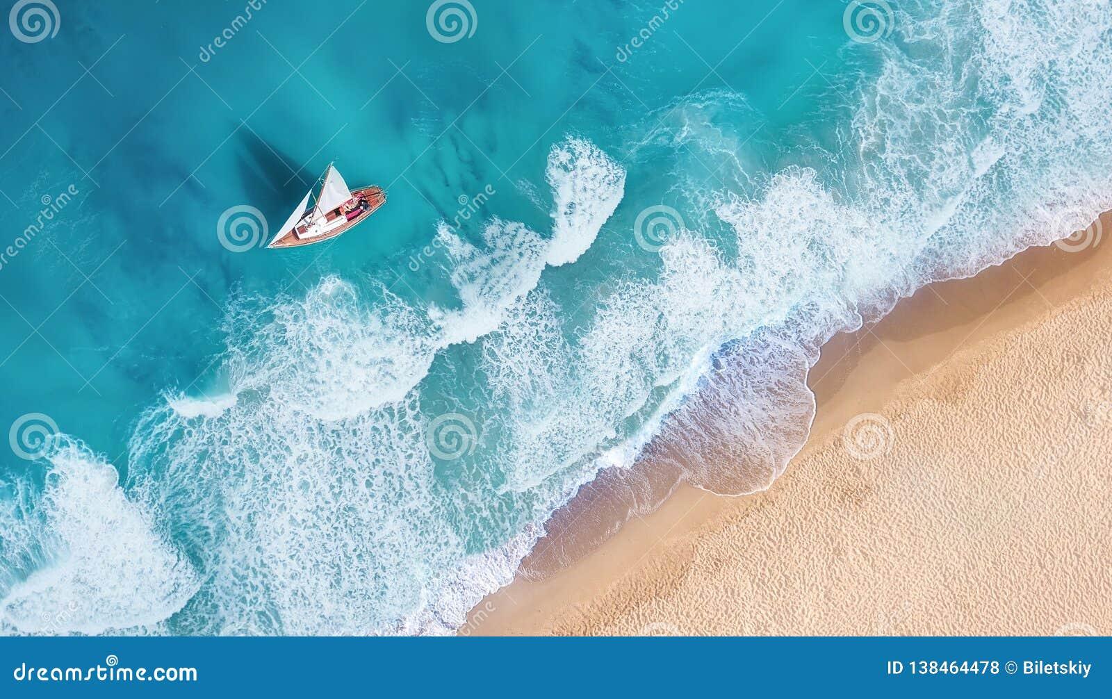 Strand och vågor från bästa sikt Flyg- sikt av lyx som vilar på den soliga dagen Sommarseascape från luft Bästa sikt från surret