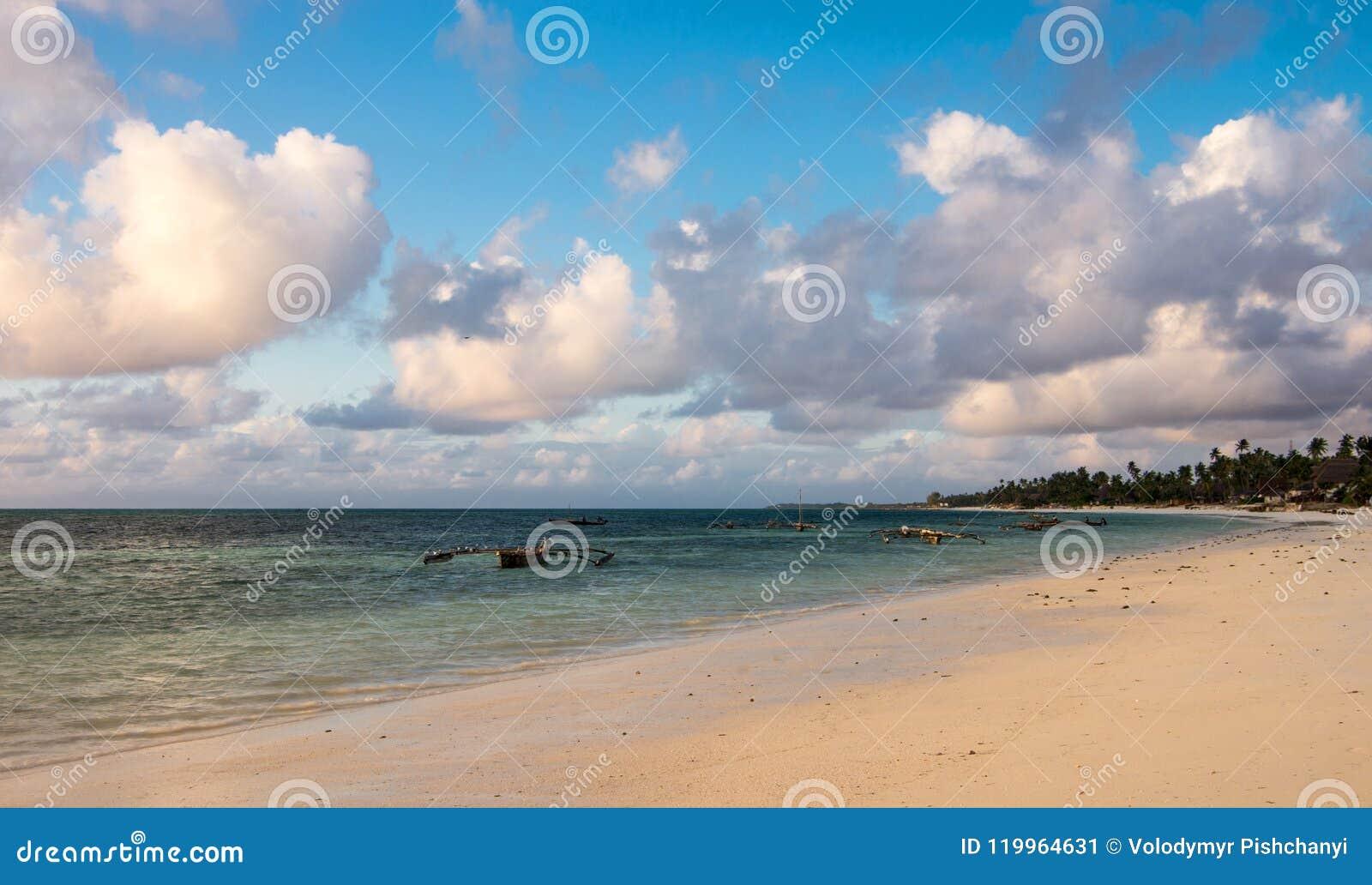 Strand på ostkusten av Zanzibar Traditionella träsegelbåtar i Afrika