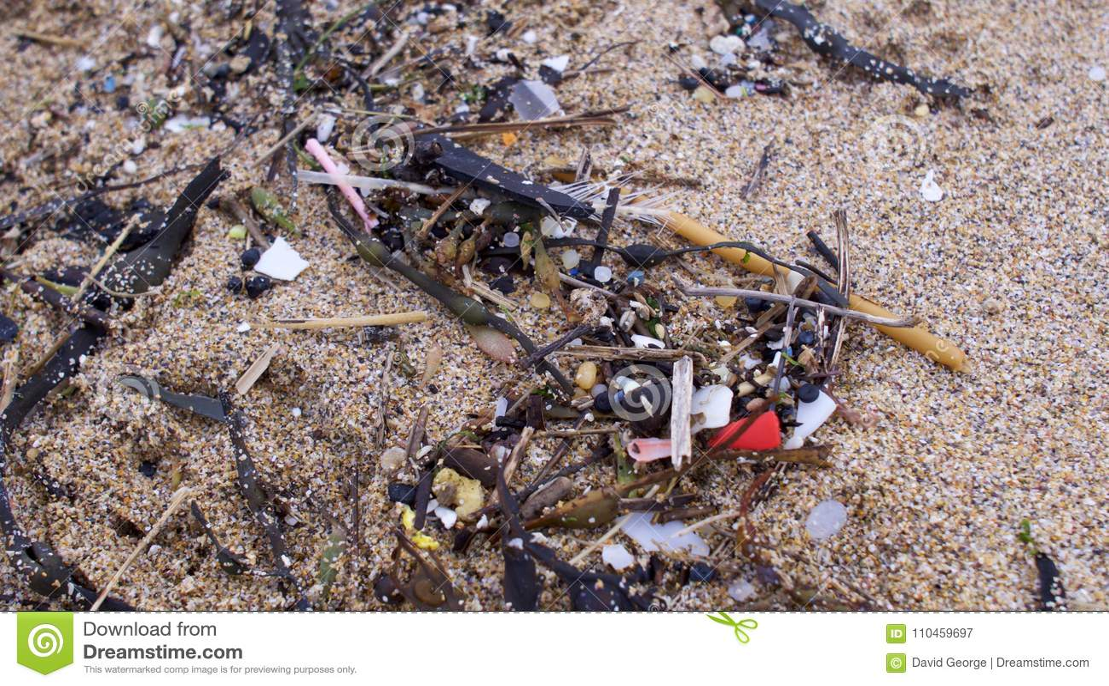 Strand som förorenas med plast-