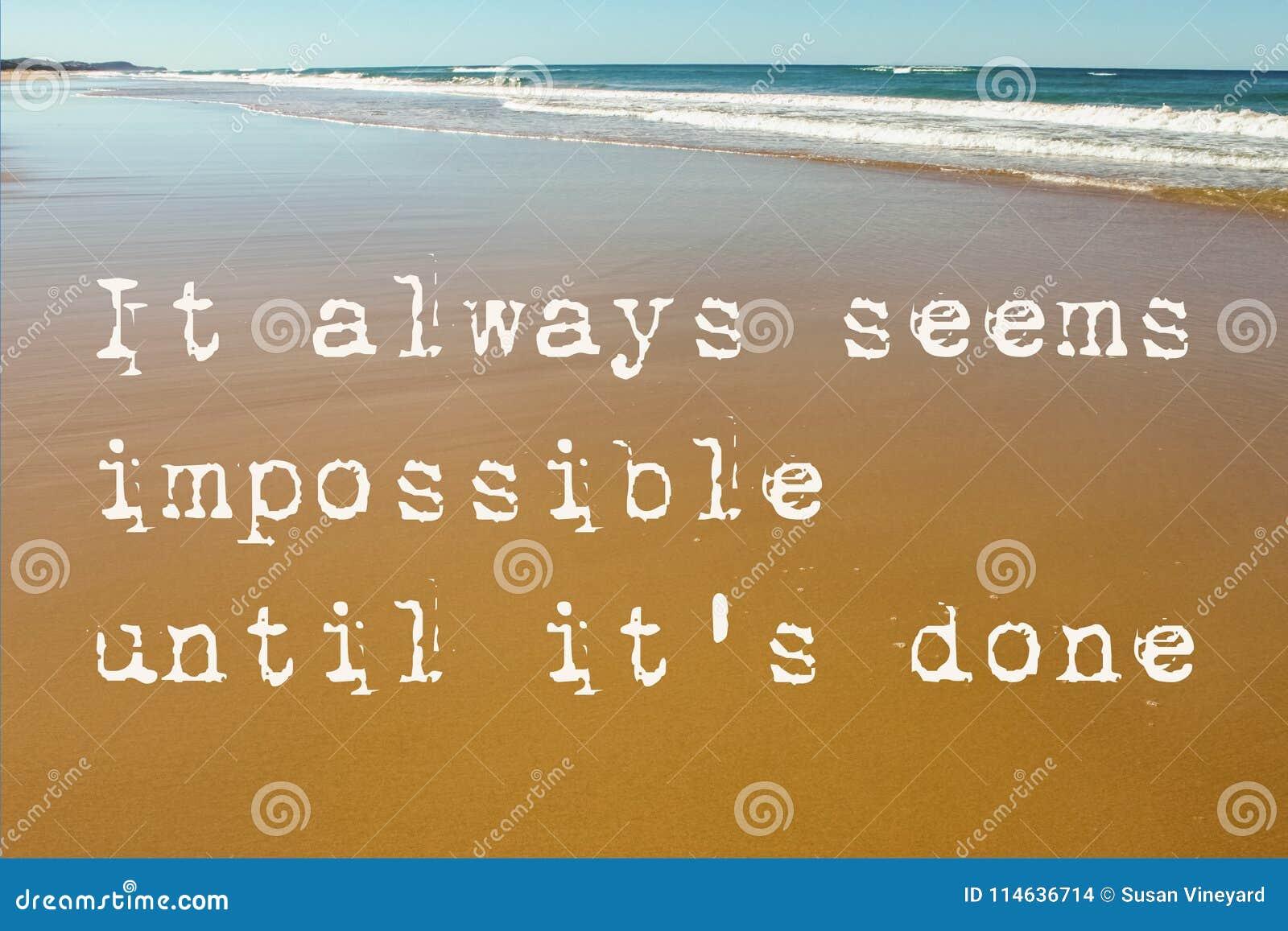 Strand-Szene des nassen Sandes mit Wellen im Hintergrund und im Motivzitat scheint es immer bis es das erfolgte ` s unmöglich