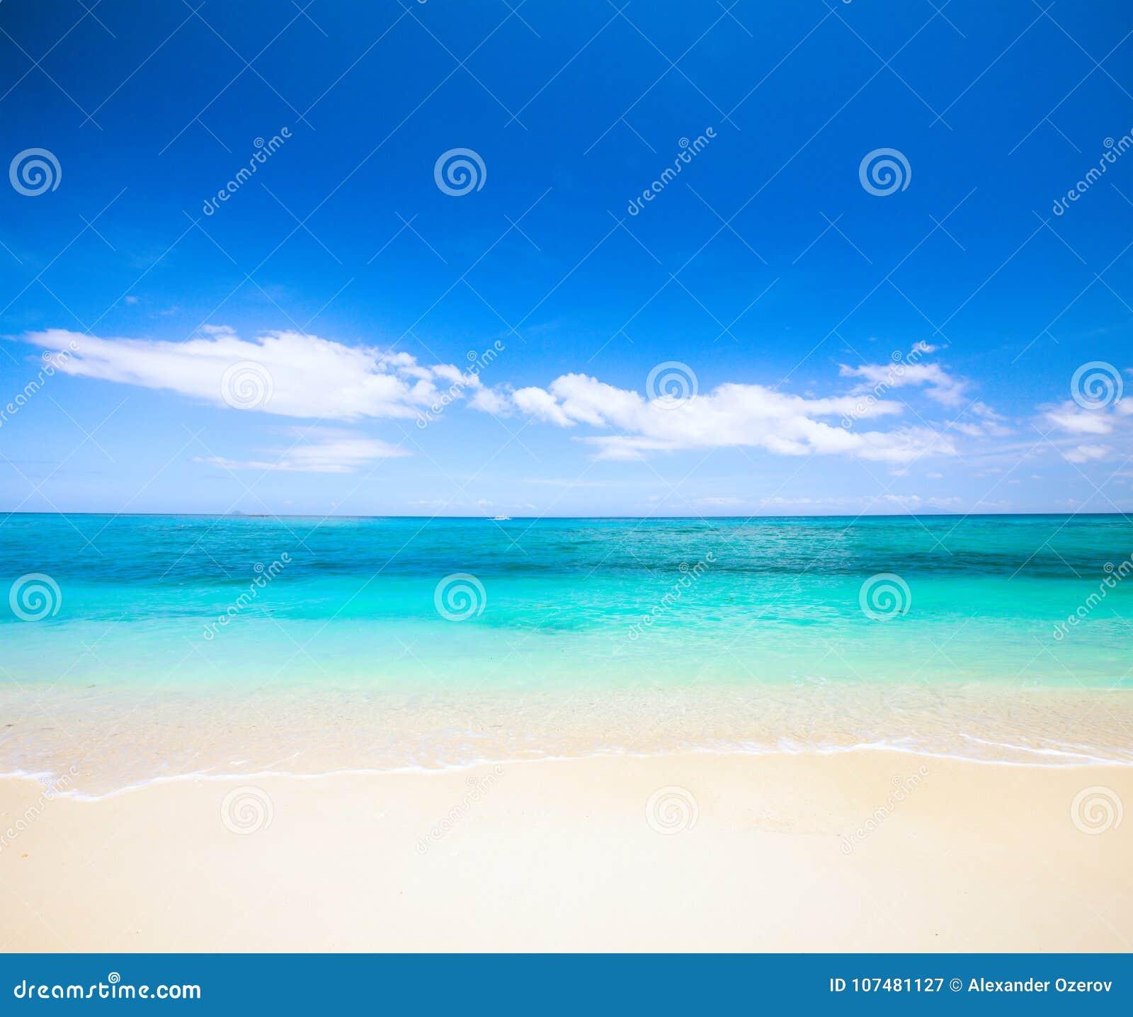 Strand und schönes tropisches Meer