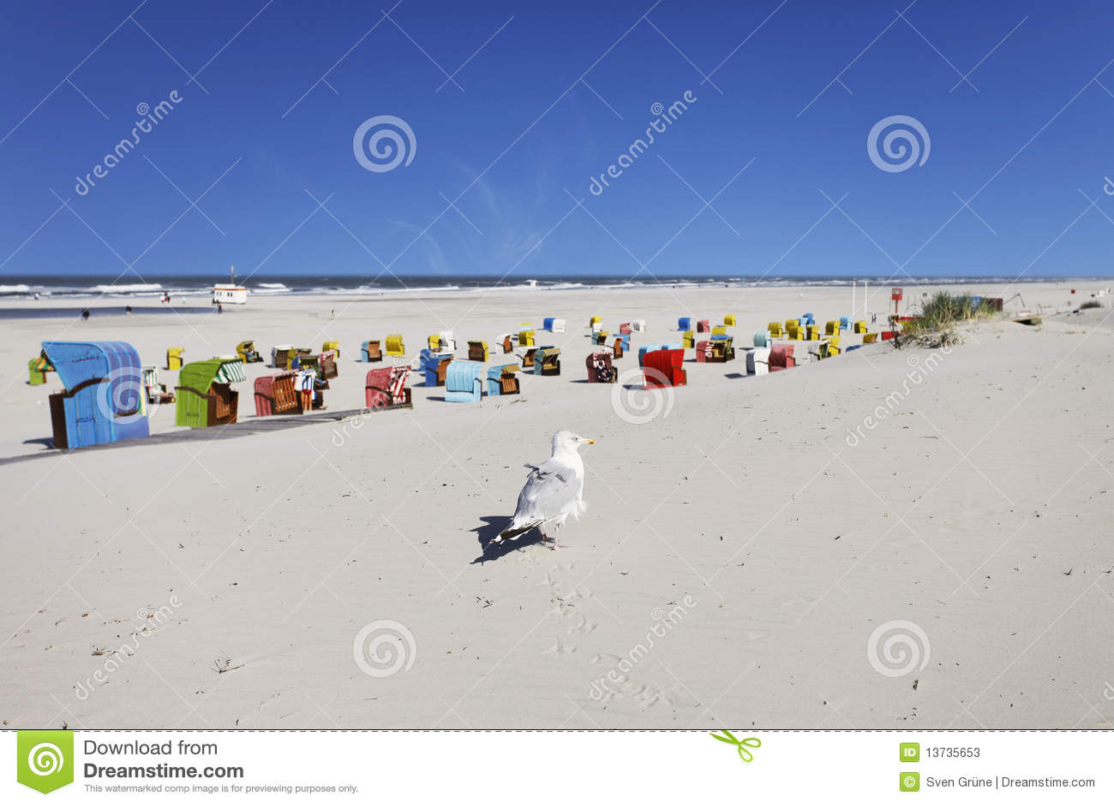 Download Strand von Juist stockbild. Bild von wasser, sand, stühle - 13735653