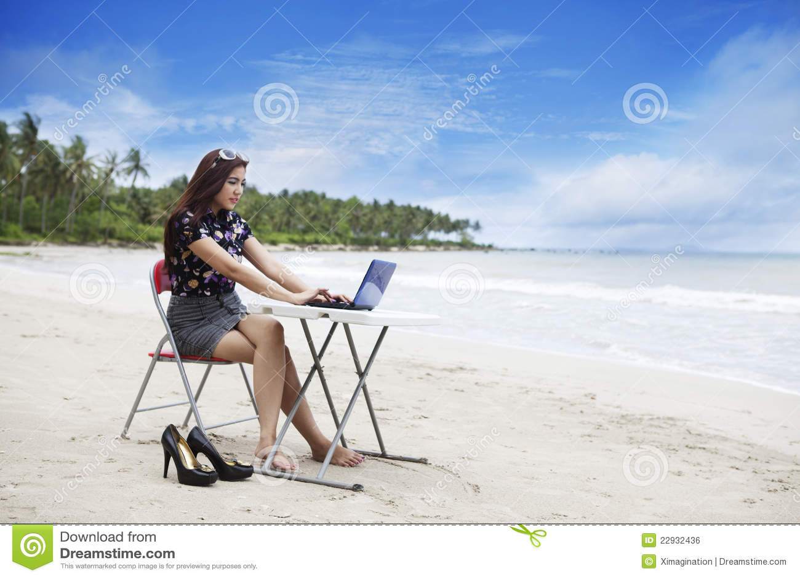 Strandaffärskvinnaworking