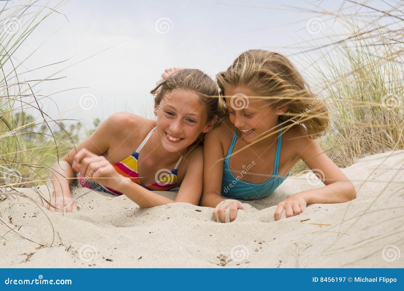 Strandbarn som leker barn