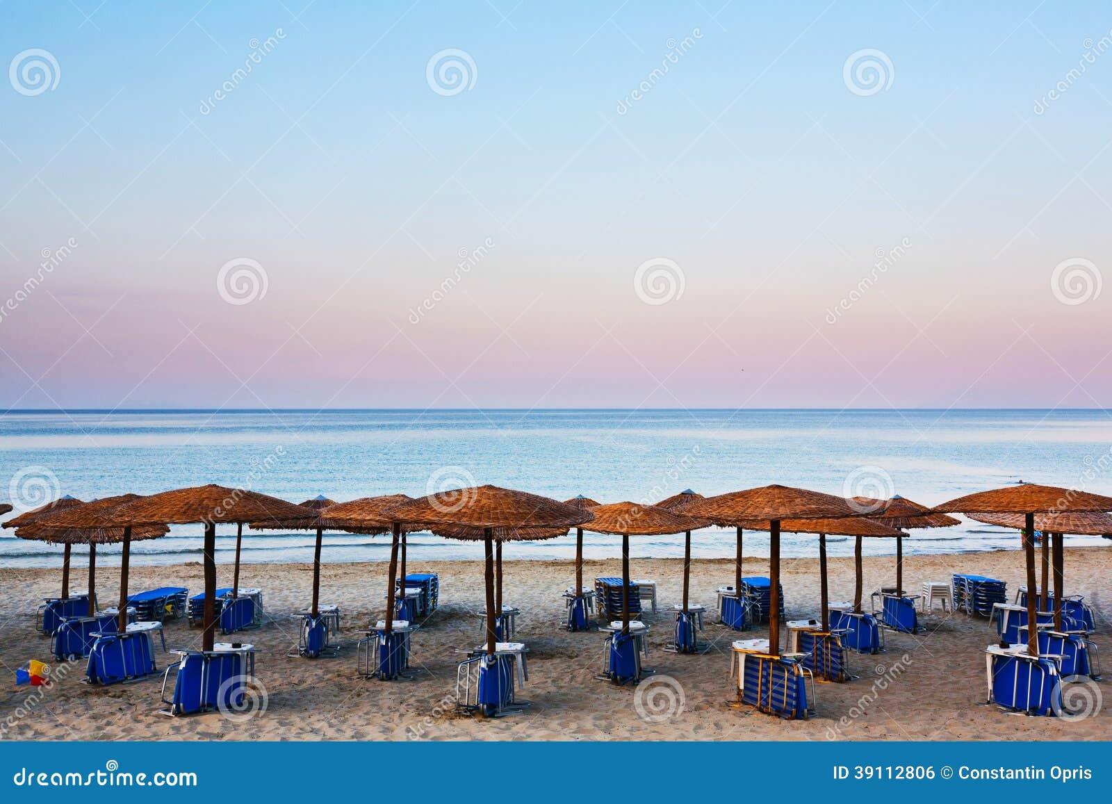 Strandbedden en paraplu s