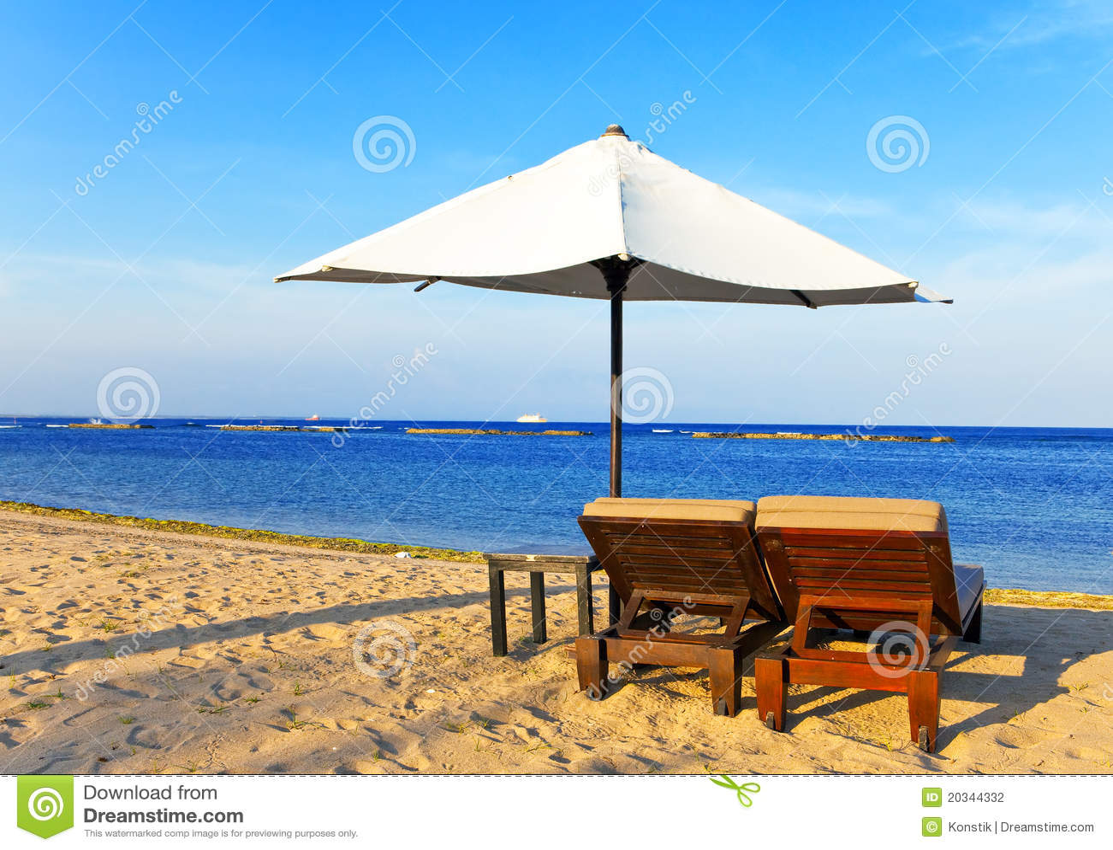 Strandchaisen varar slö paraplyet