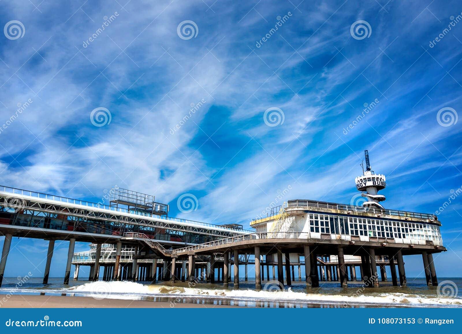 Stranden av Scheveningen som förbiser den gamla pir
