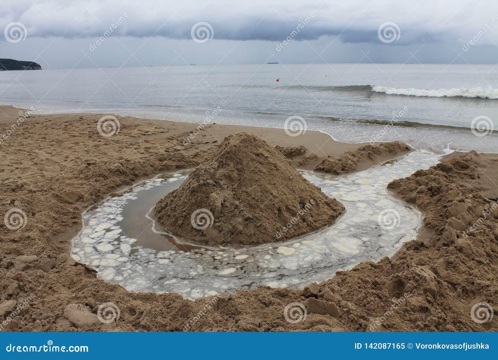 Stranden av Sopot, Polen i en molnig sommardag