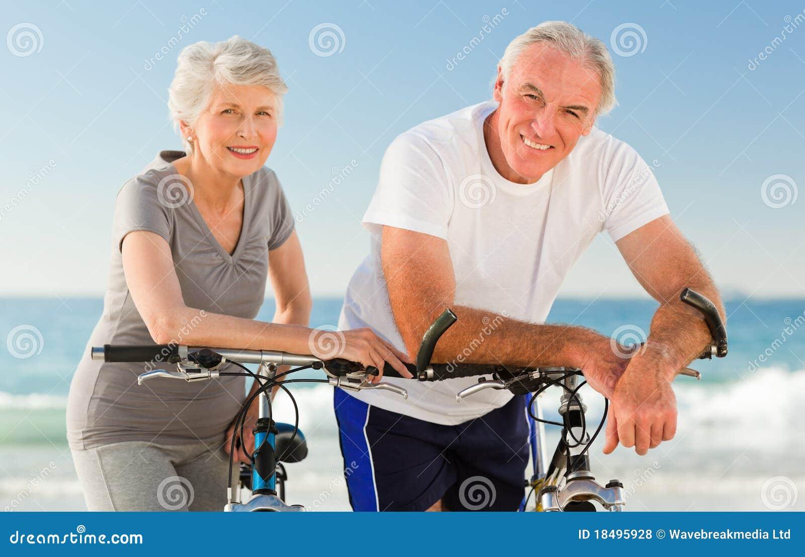 Stranden cyklar par avgick deras