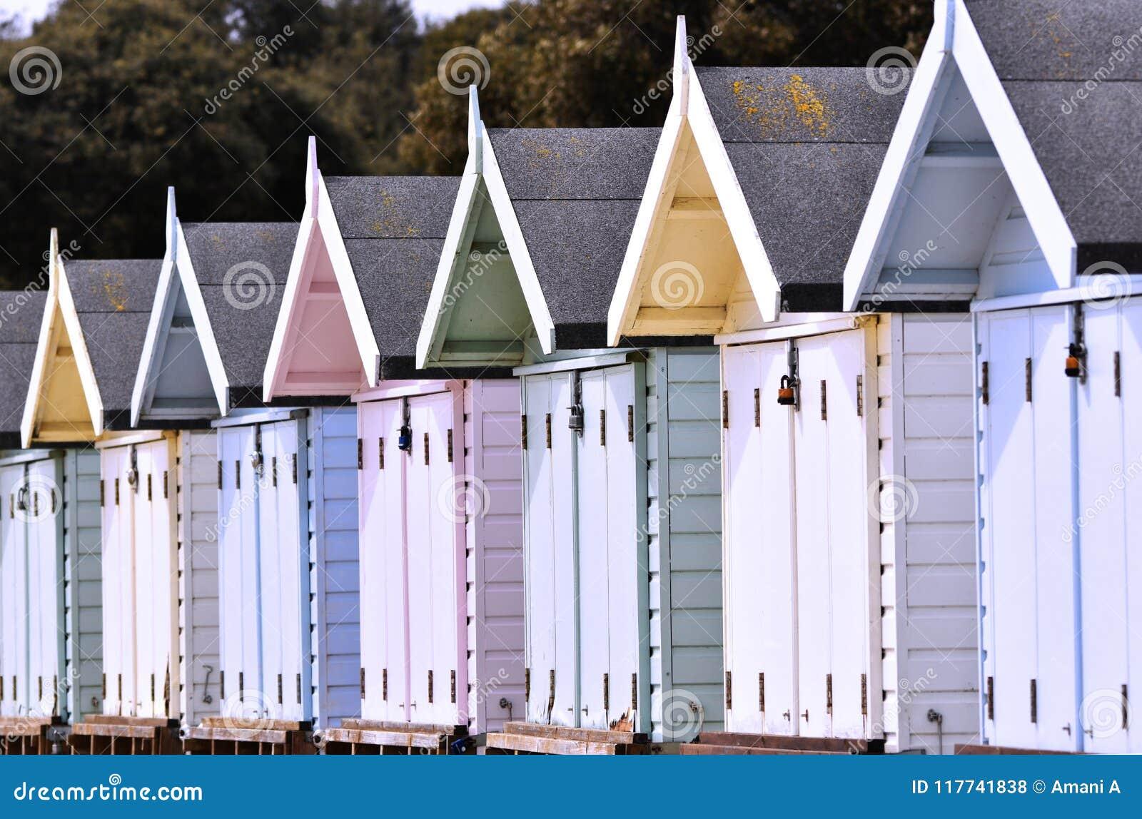 Stranden förlägga i barack rad