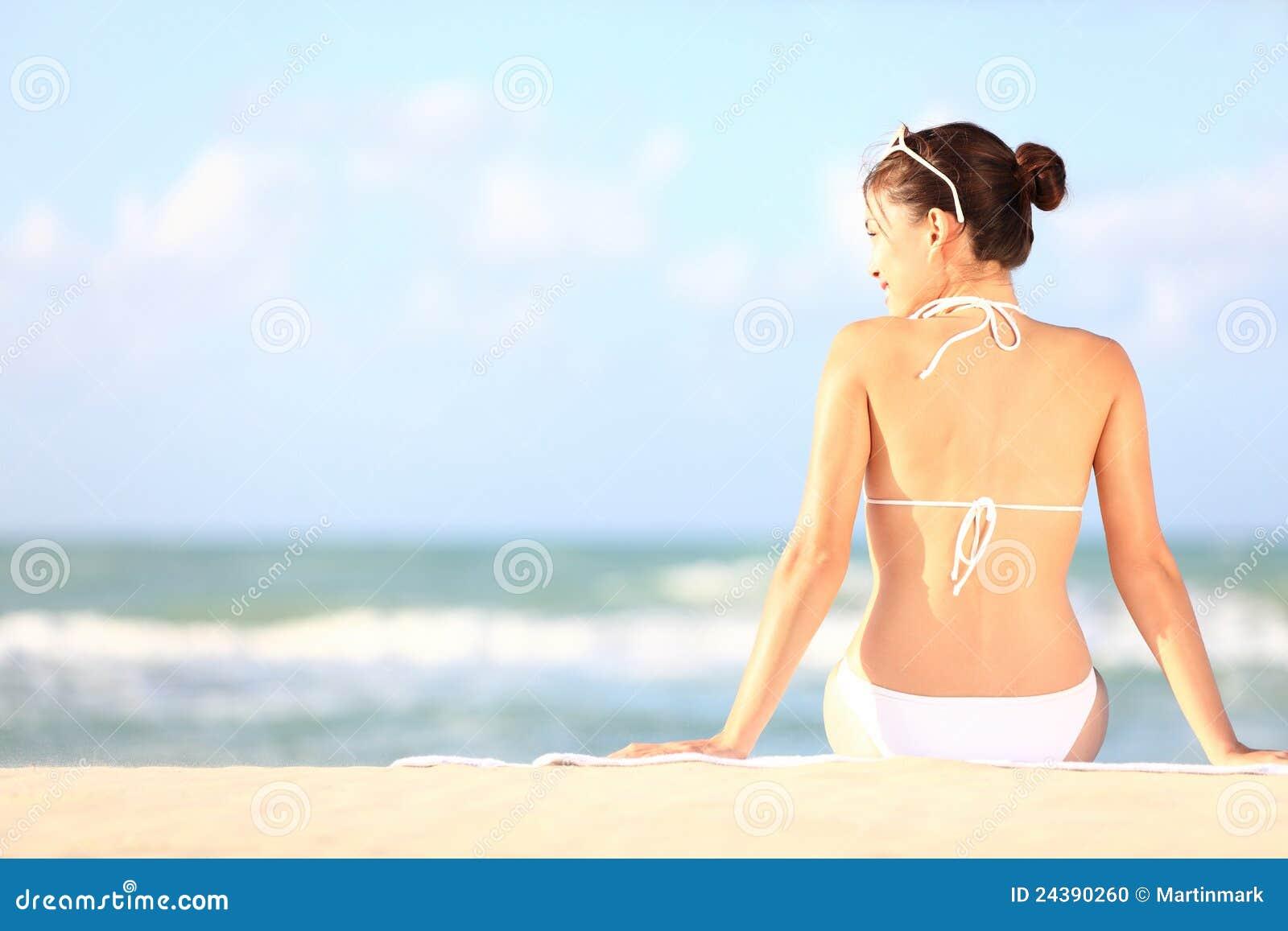 Stranden semestrar kvinnan