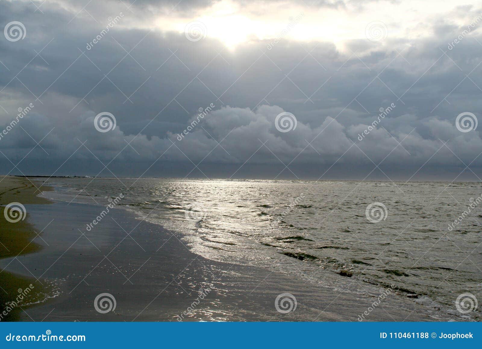 Strandexponeringsfeelen ger långsamma slappa waves för solnedgång mycket