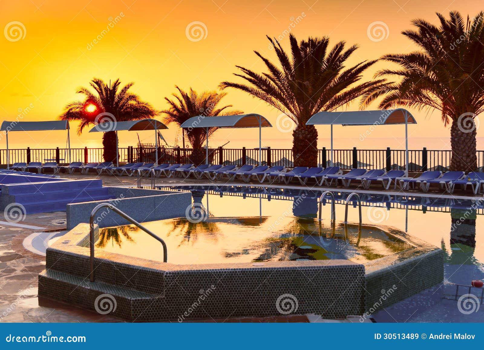 Strandhotellsemesterort med pölen