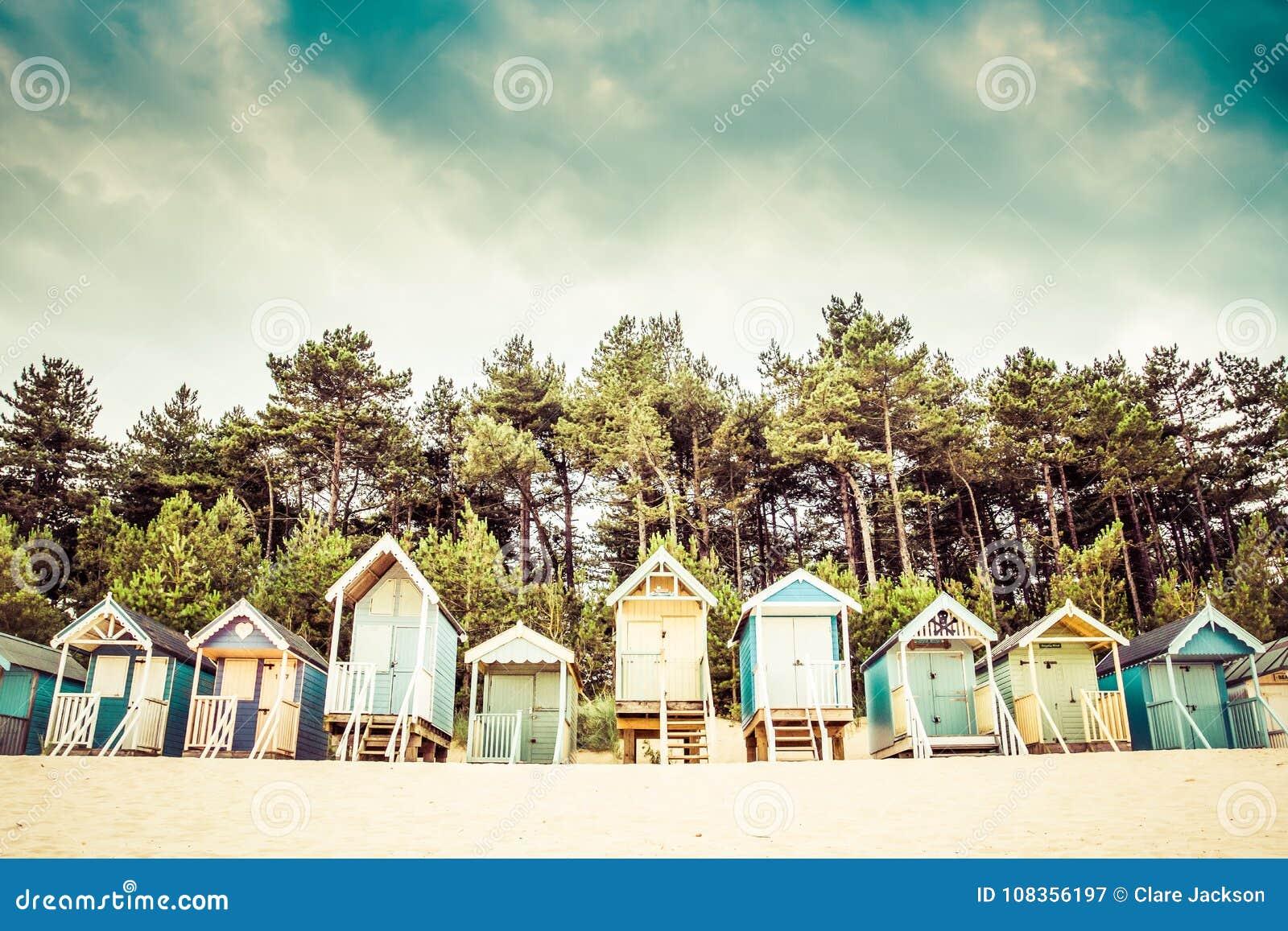 Strandkojor på brunnar därefter havet, Norfolk, UK