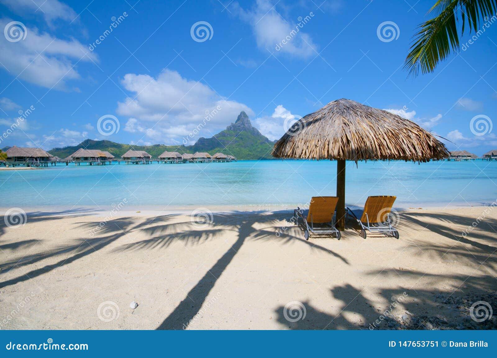 Strandmening met Twee Stoelen in Bora Bora