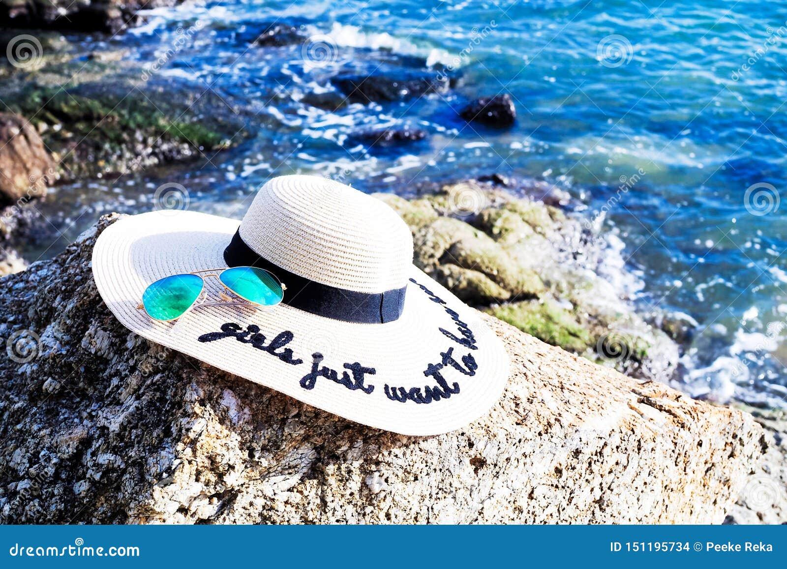 Strandmode mit breiten Randhüten und -Sonnenbrille der Frauen