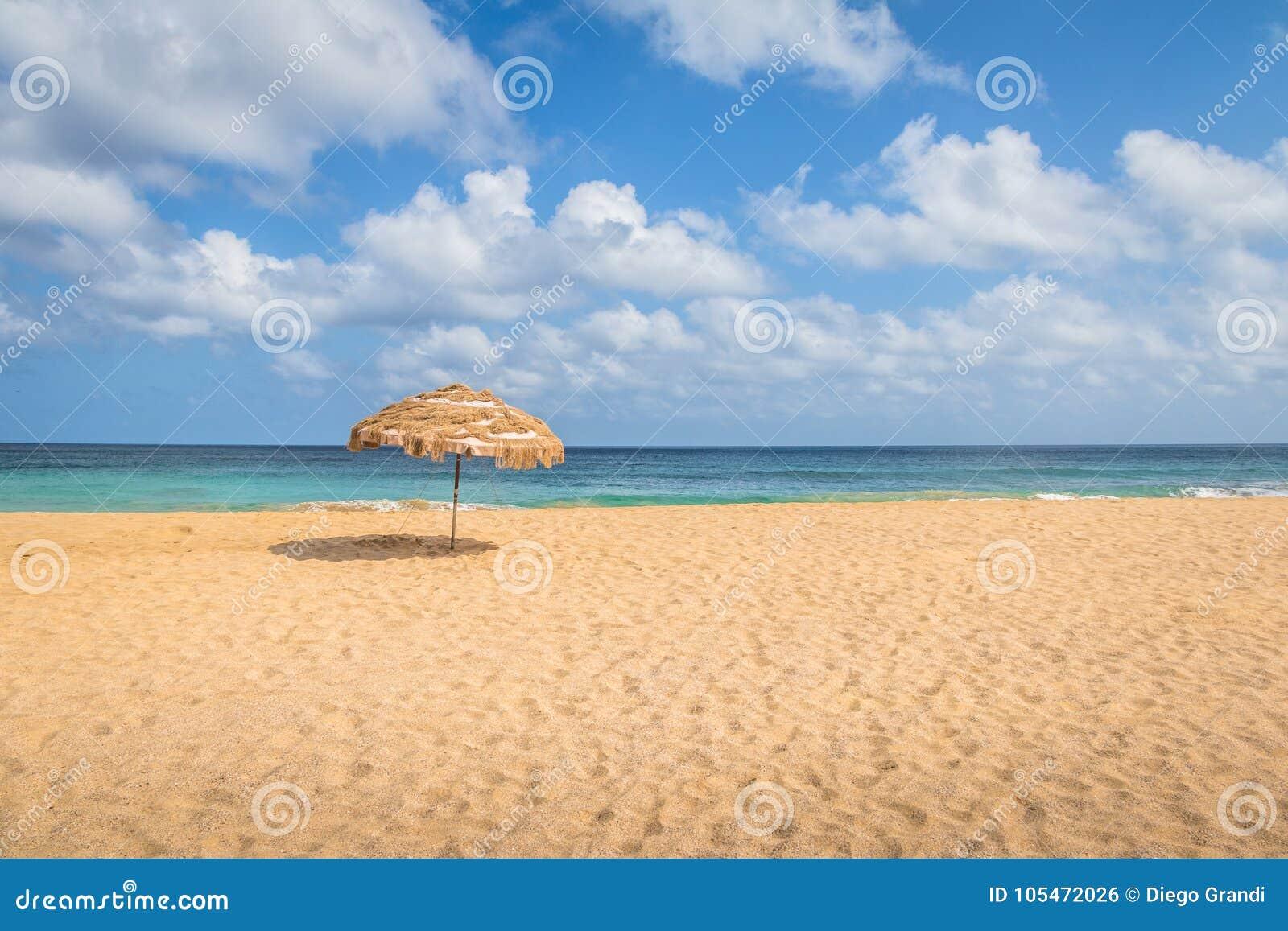 Strandparaplu en Tropische Turkooise Overzees in Cacimba do Padre Beach - Fernando de Noronha, Pernambuco, Brazilië