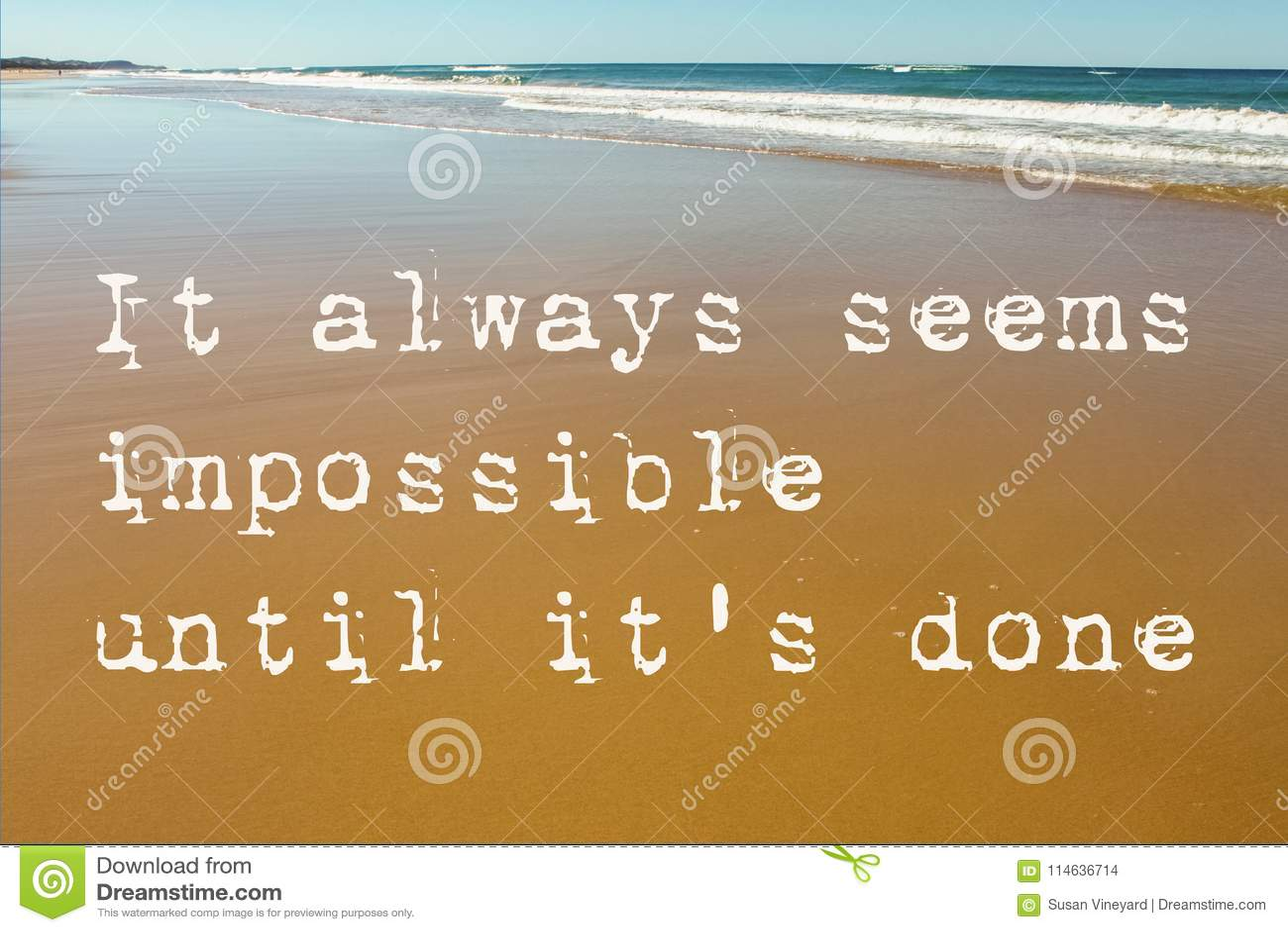 Strandplats av våt sand med vågor i bakgrunden och det motivational citationstecknet som det verkar alltid omöjligt tills det gjo