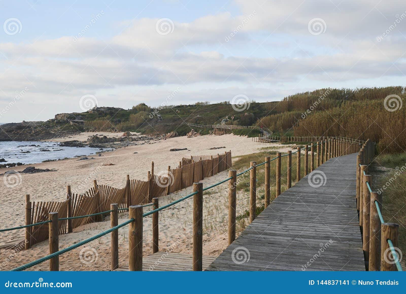 Strandpromenad vid stranden på en vintereftermiddag