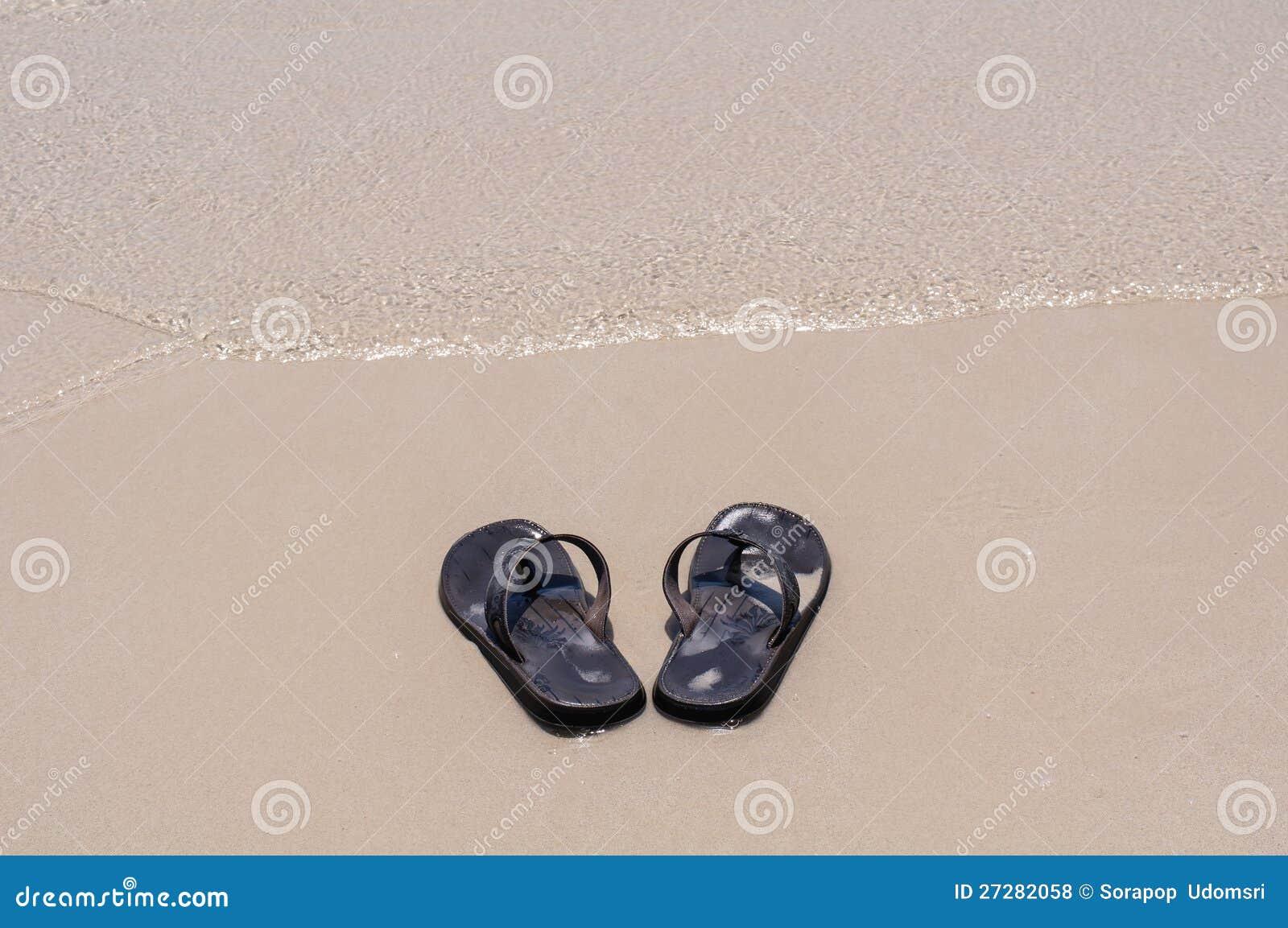 Strandsandals på en sandig strand