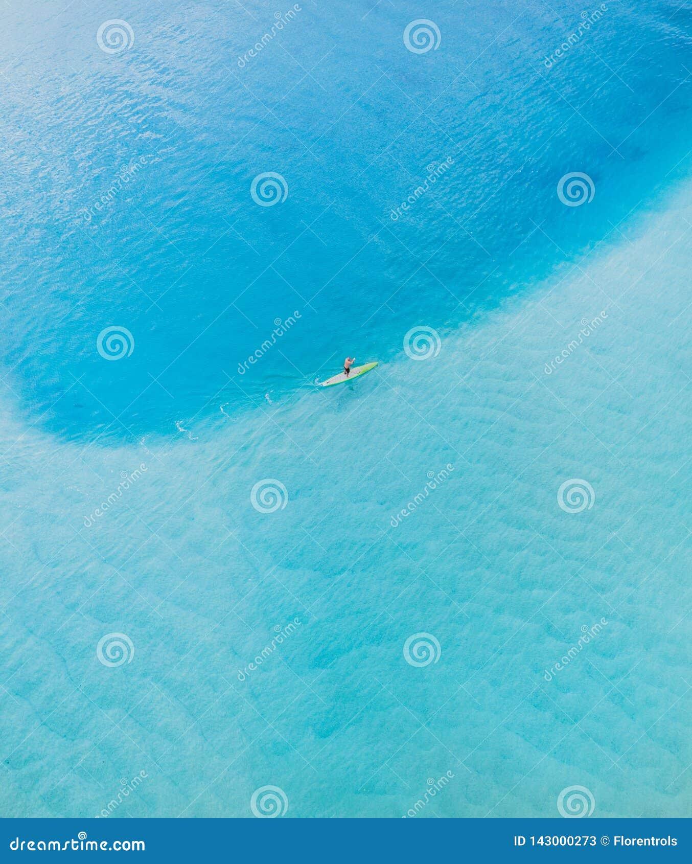 Strandsatellietbeeld op de hoogste mening van Gold Coast Nice van de blauwe oceaan, de mens op een peddelbeer, witte zand en mens