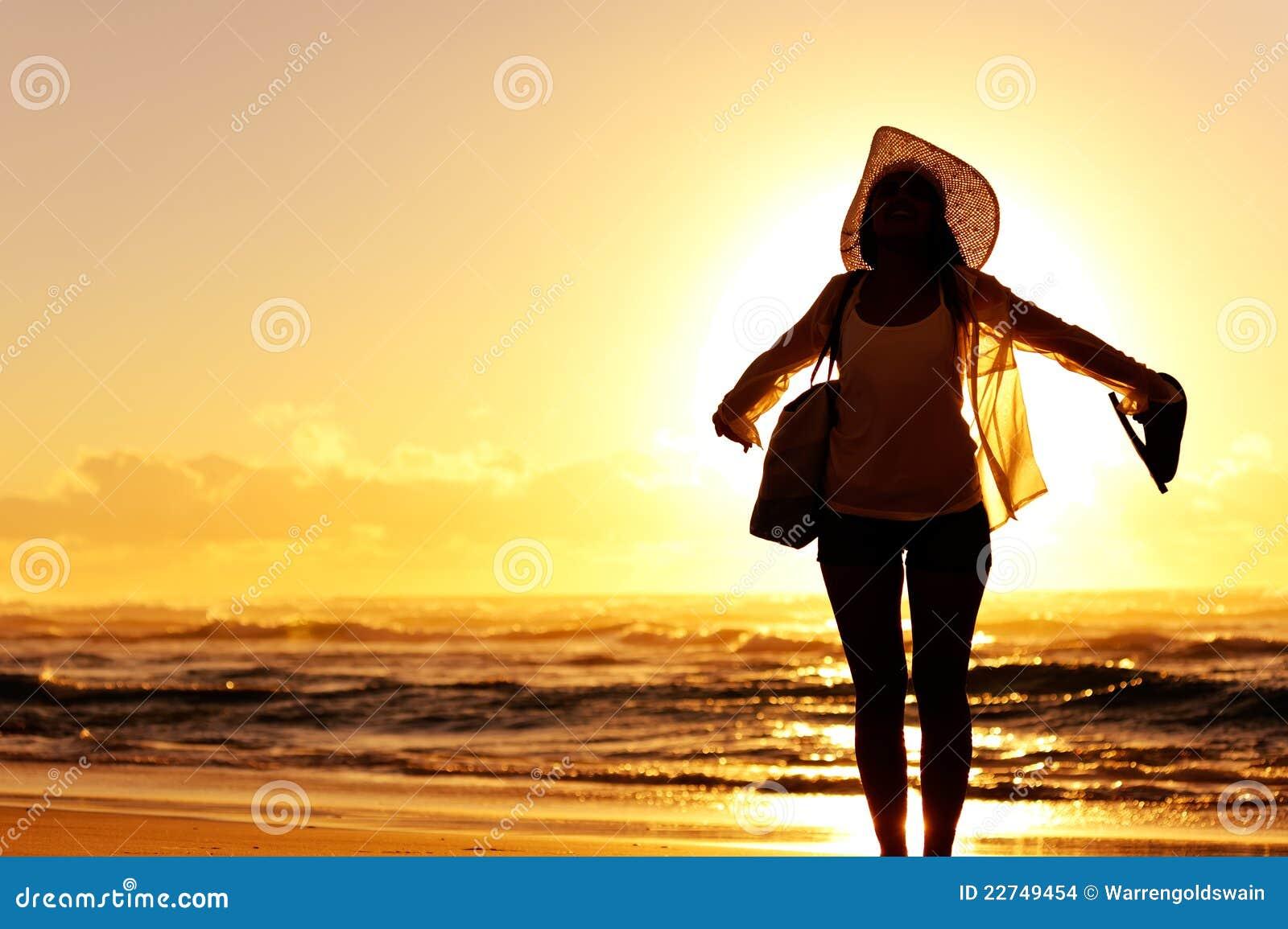 Strandsolnedgångkvinna
