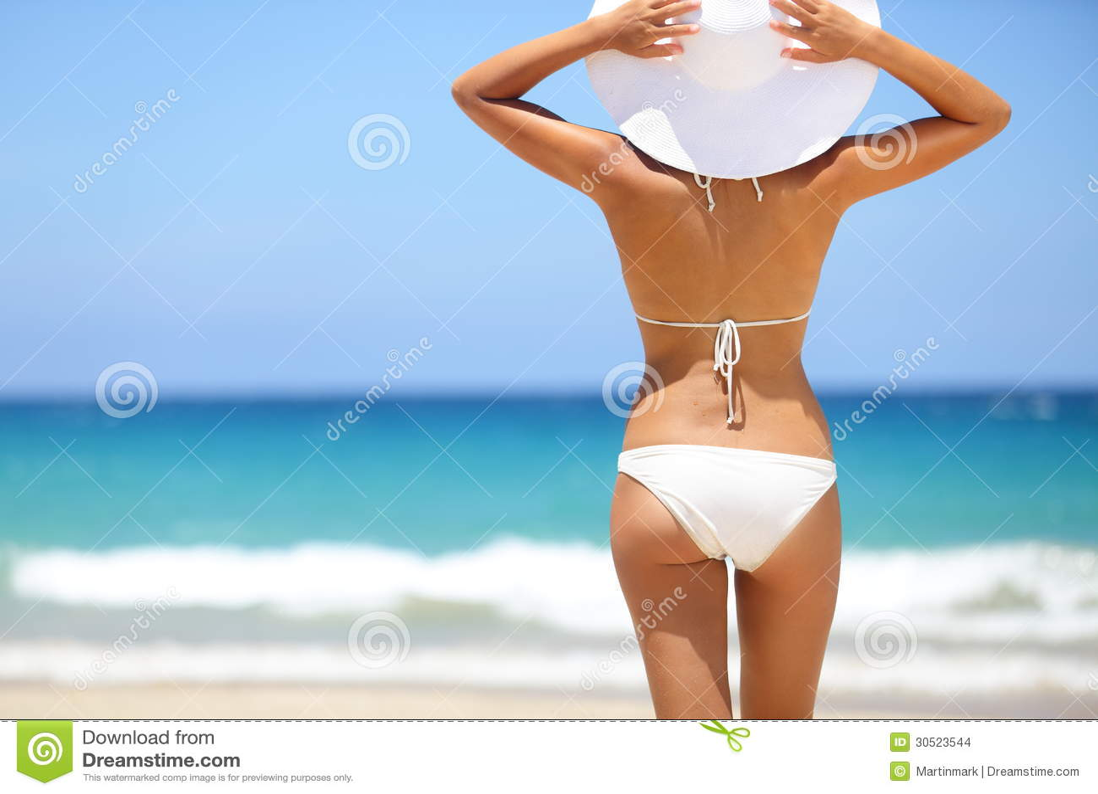 Strandvakantie - hete vrouw in sunhat en bikini