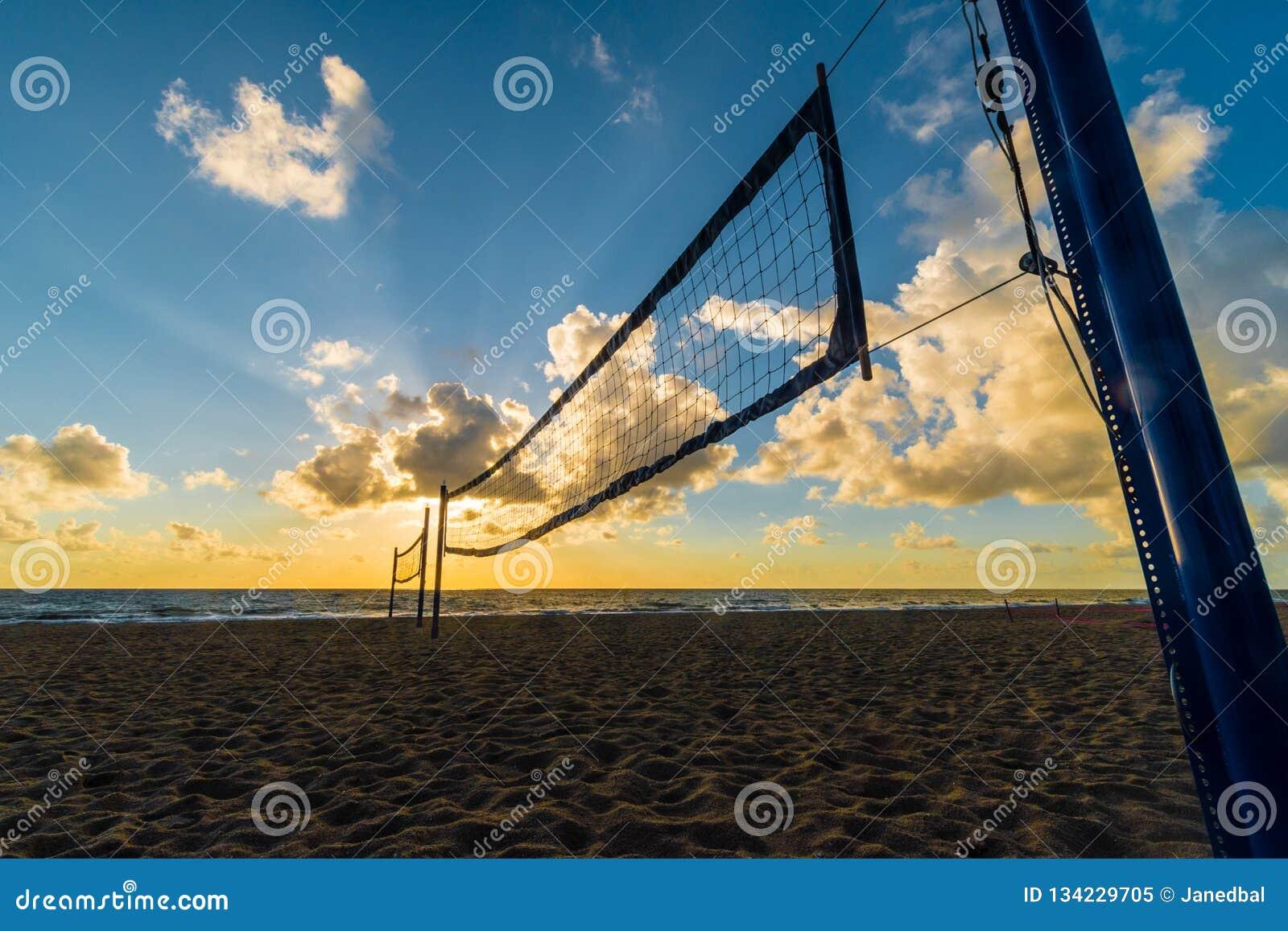 Strandvolleyballnetz bei Sonnenaufgang am Miami Beach, Florida, USA
