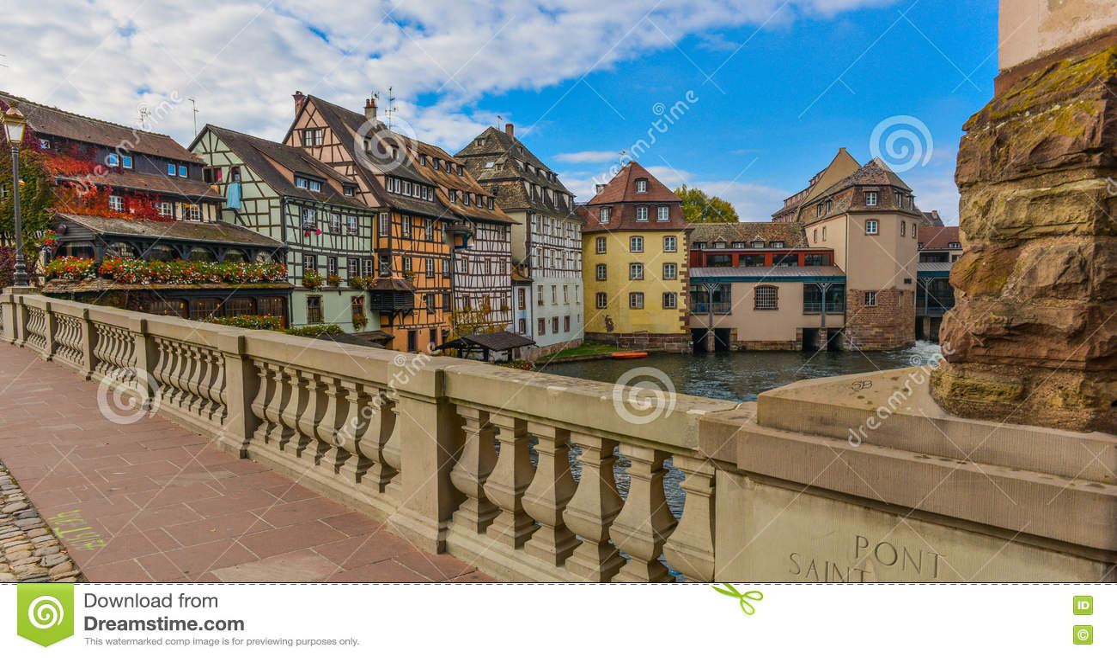 Strasburg, wodny kanał i ładny dom w Małym Francja terenie,
