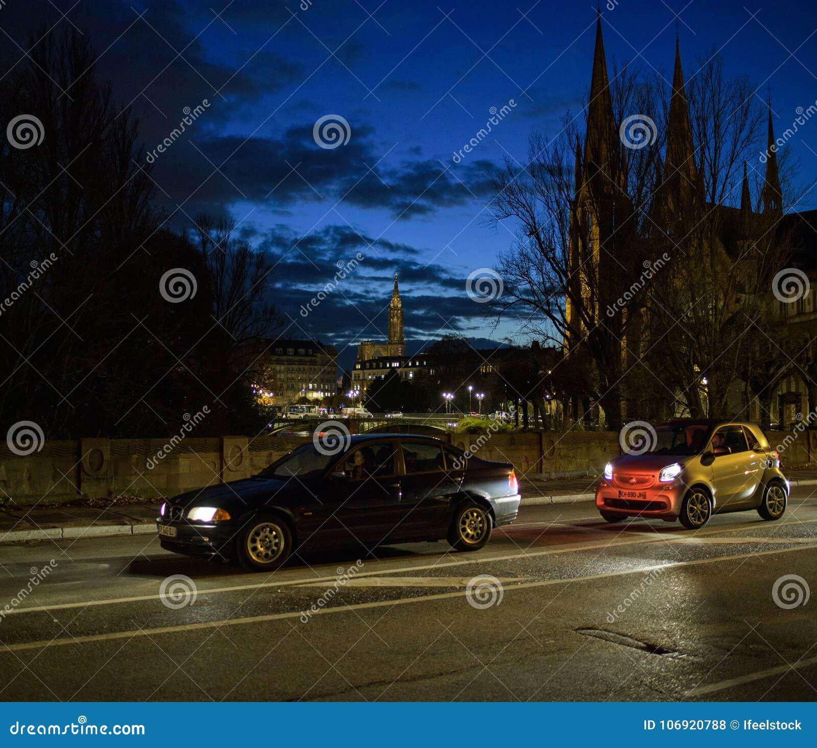 Strasburska ulica przy półmrokiem z samochodu jeżdżeniem