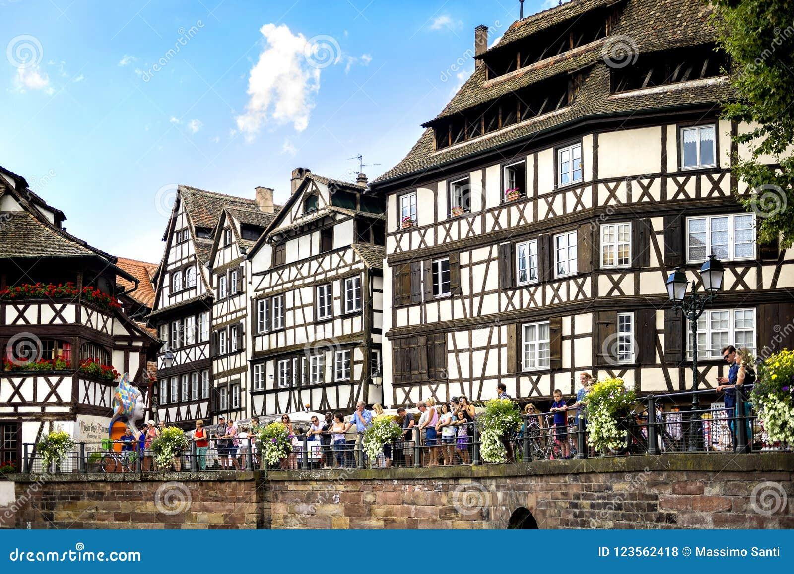 STRASBURSKI † FRANCJA: Turyści chodzi w osobliwie ulicach ` Francja Mały ` Średniowieczny okręg z wodnym kanałem