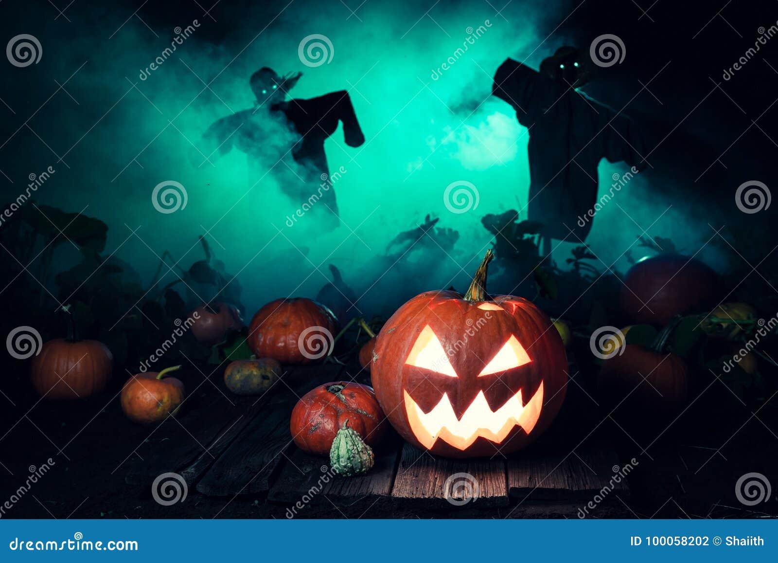 Straszna bania z zieloną mgłą i strach na wróble dla Halloween